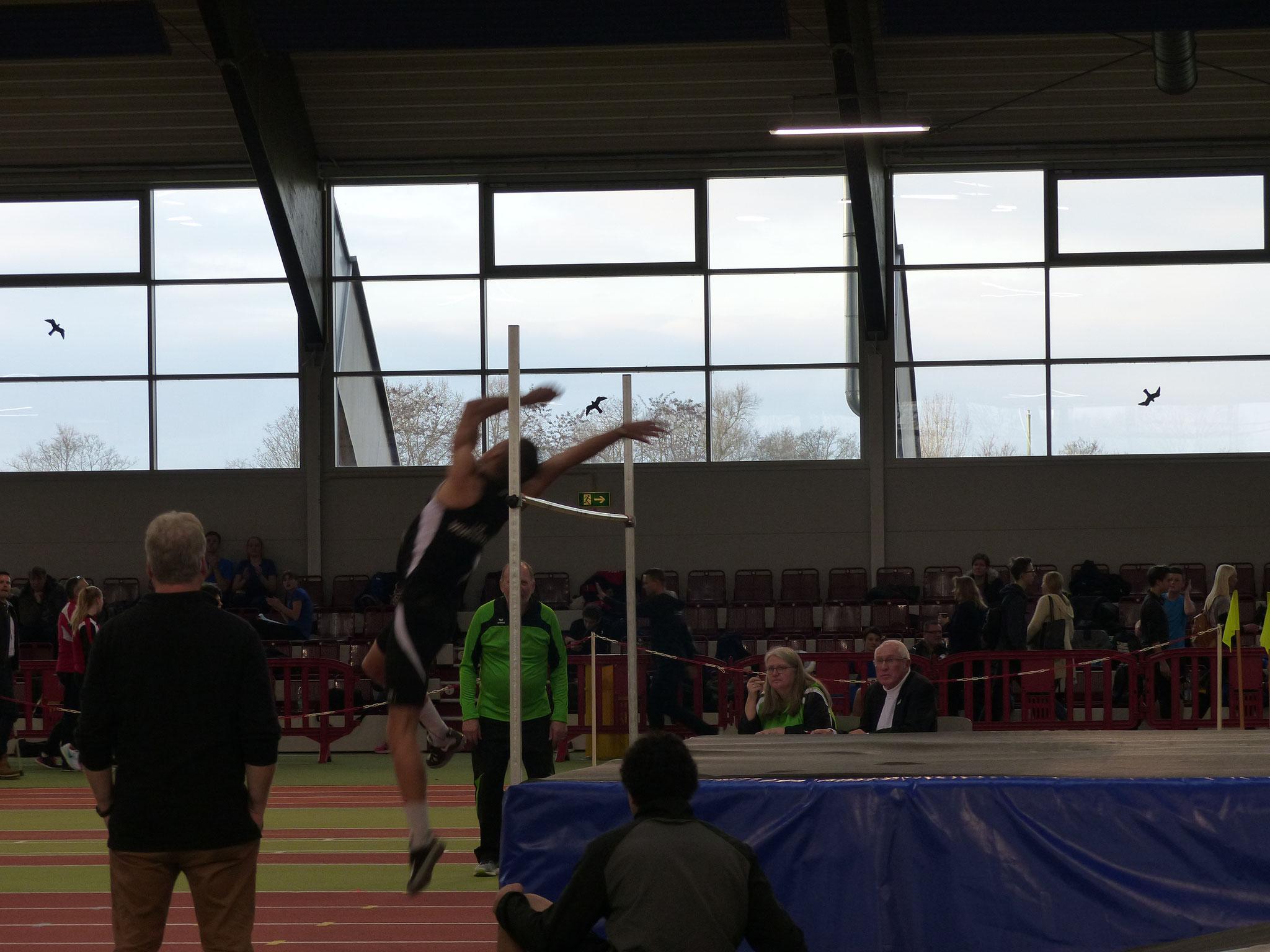 Tom Ediger überspringt 1,94 m. im Hochsprung