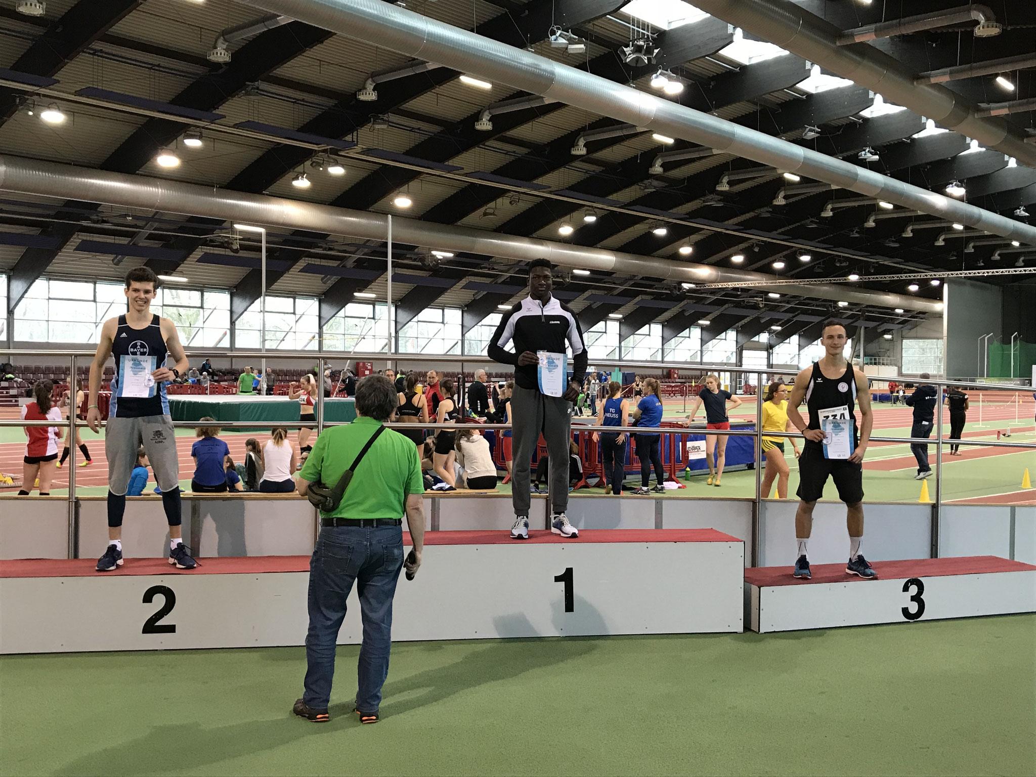 Siegerehrung 60m Hürden MJU18: 3. Tom Ediger (rechts)