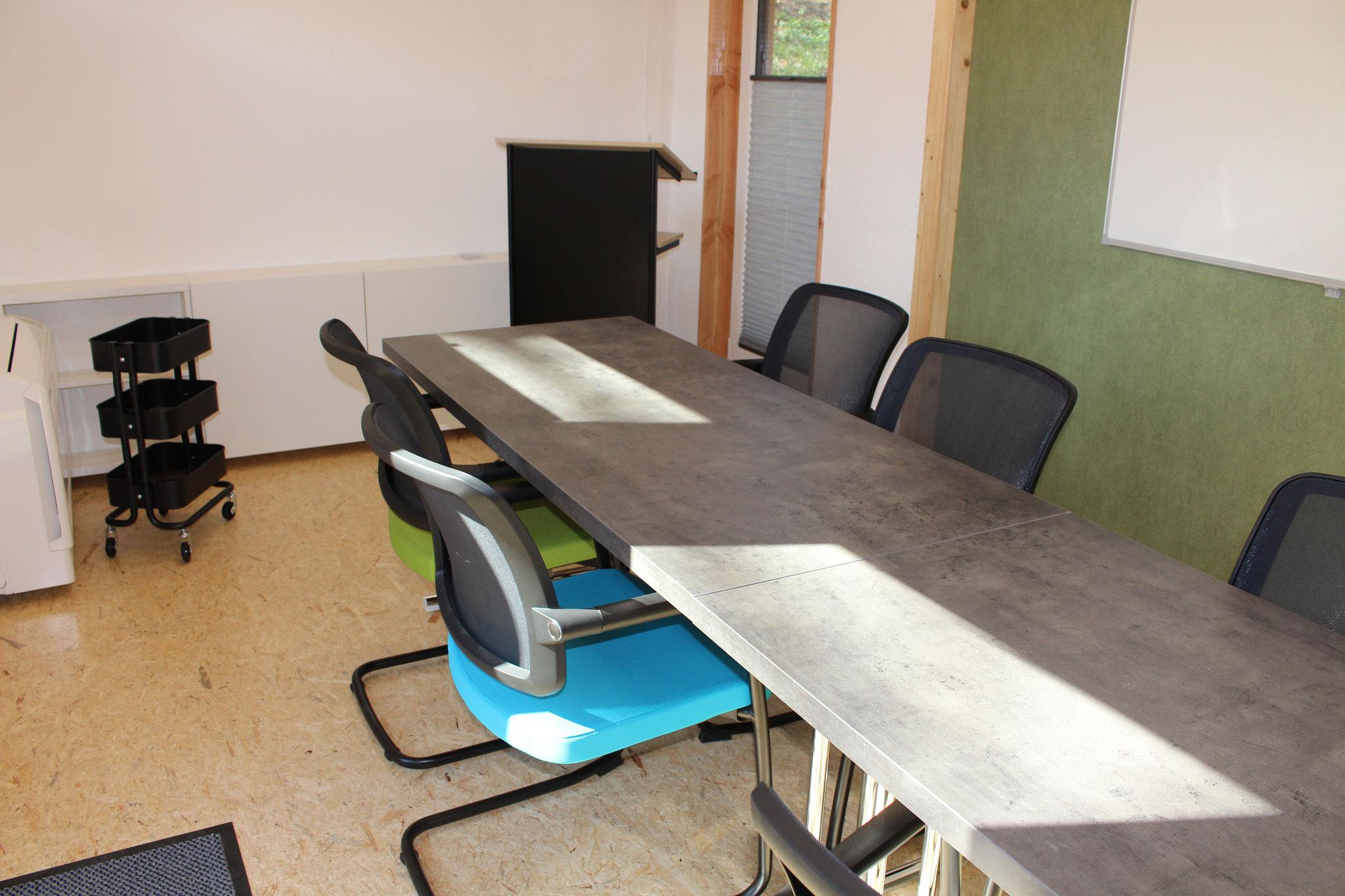 Langer Tisch im mittleren Pavillon