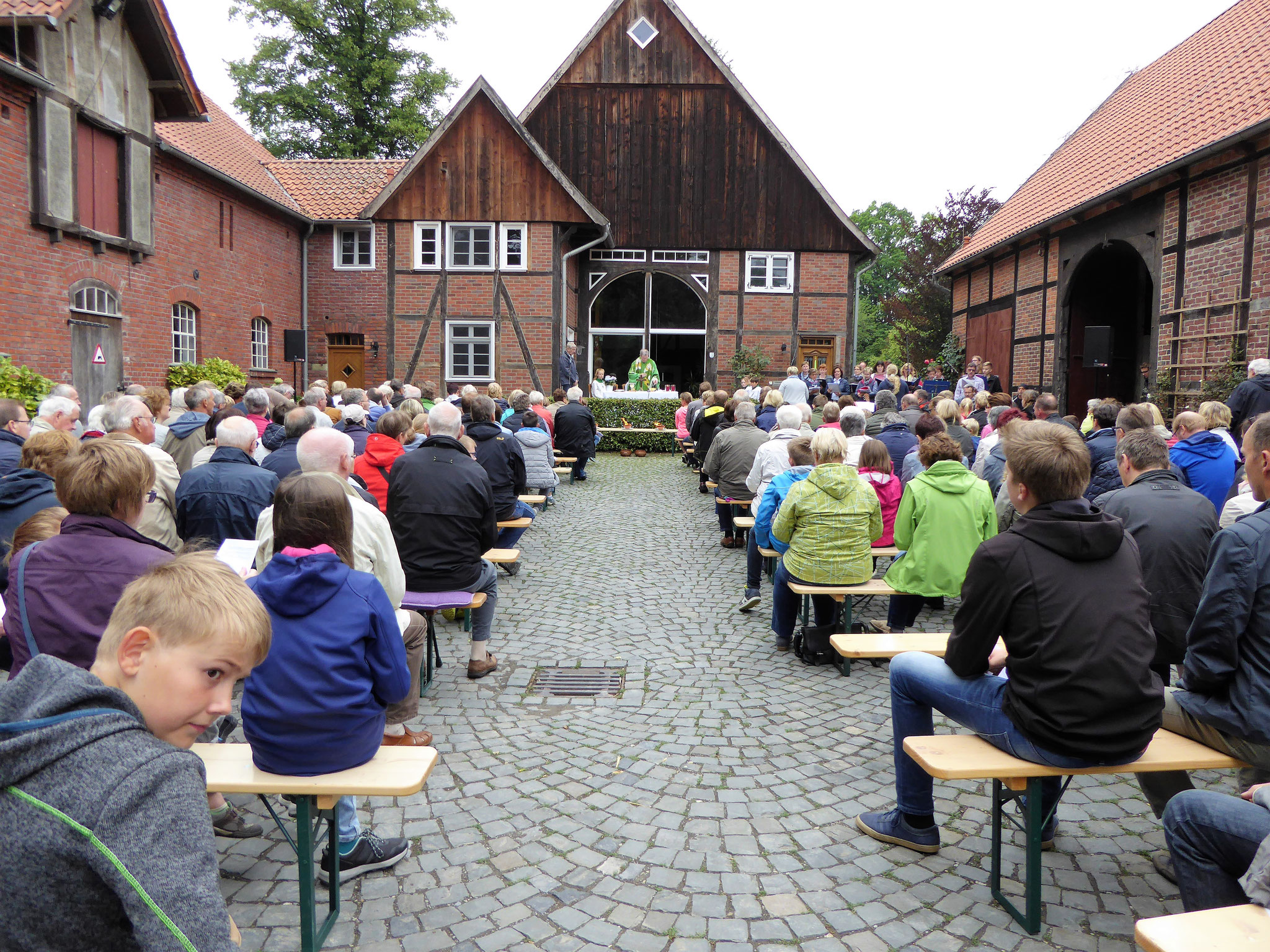 Gottesdienst auf einem malerischen Hof
