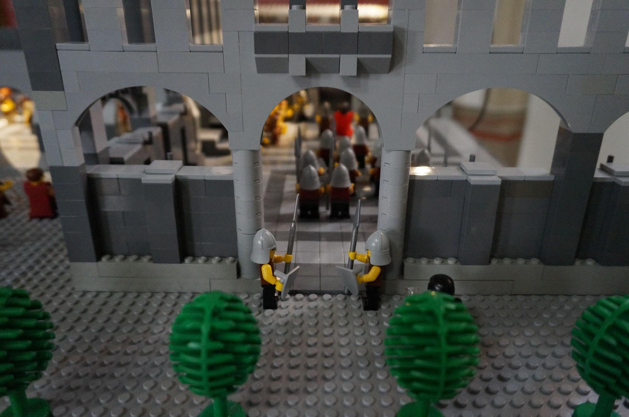Judas (verdeckt) vor den Toren des Gerichtsgebäudes