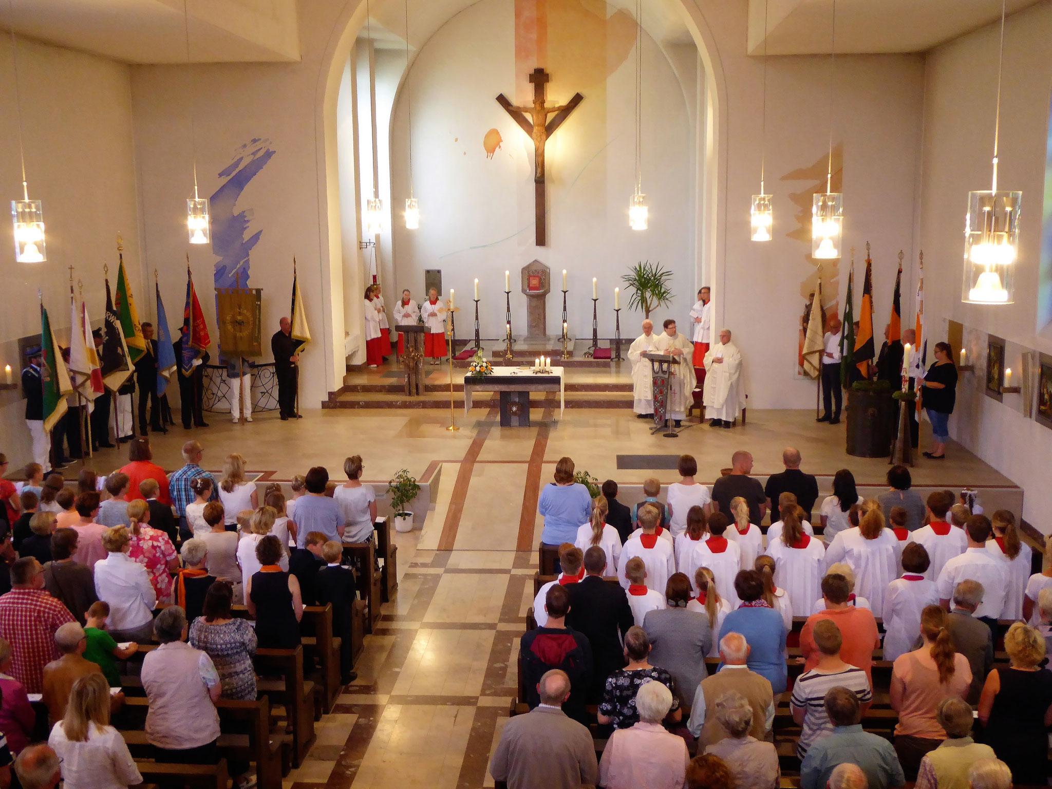 Hl. Messe in der St. Albertus-Magnus-Kirche in Hovestadt