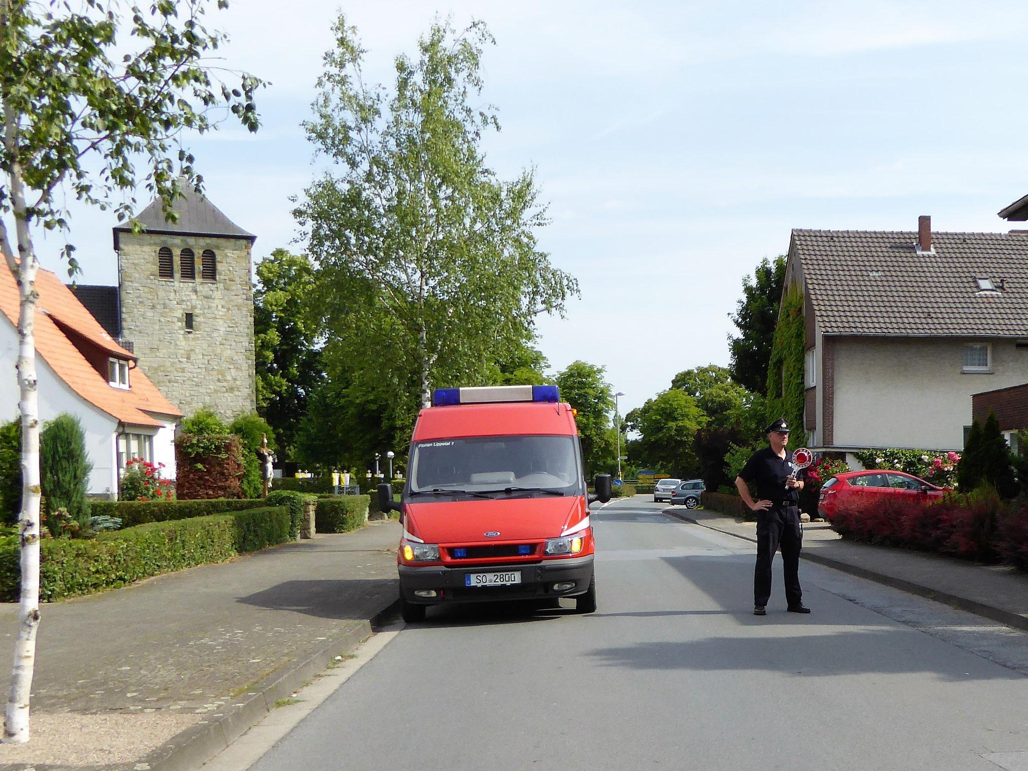Die Freiwillige Feuerwehr Herzfeld ubernahm die Sicherung des Prozessionsweges