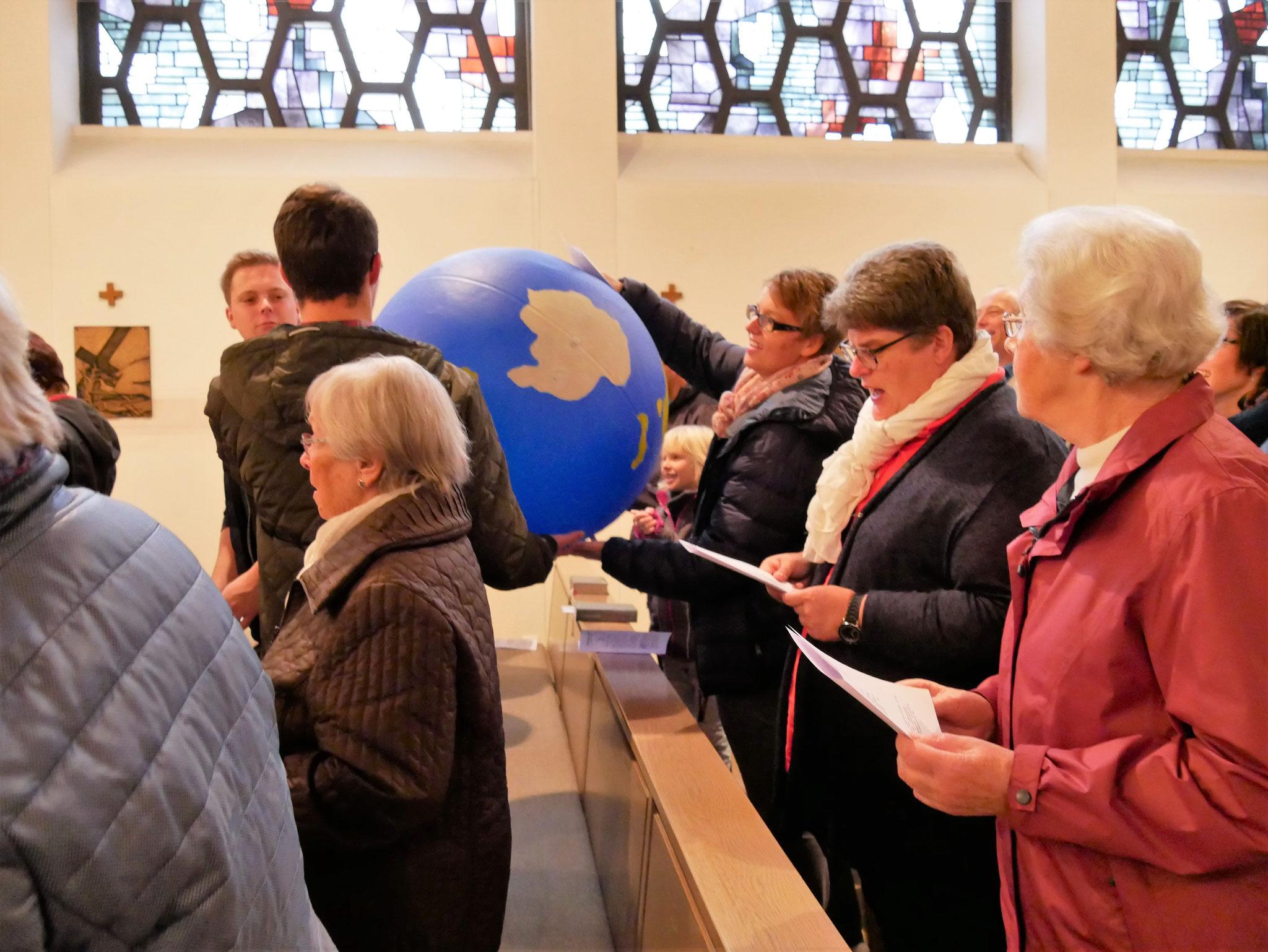Die Erdkugel wandert durch die Kirche