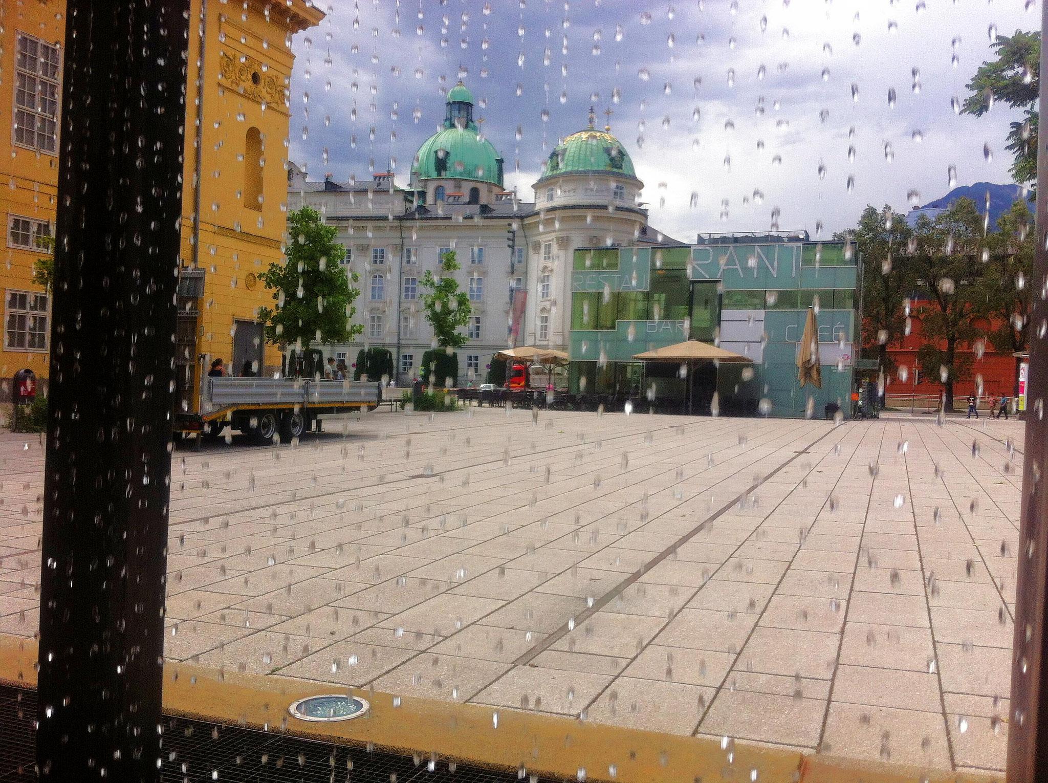 Blick durch die Wassertropfen v. Brunnen auf die Hofburg