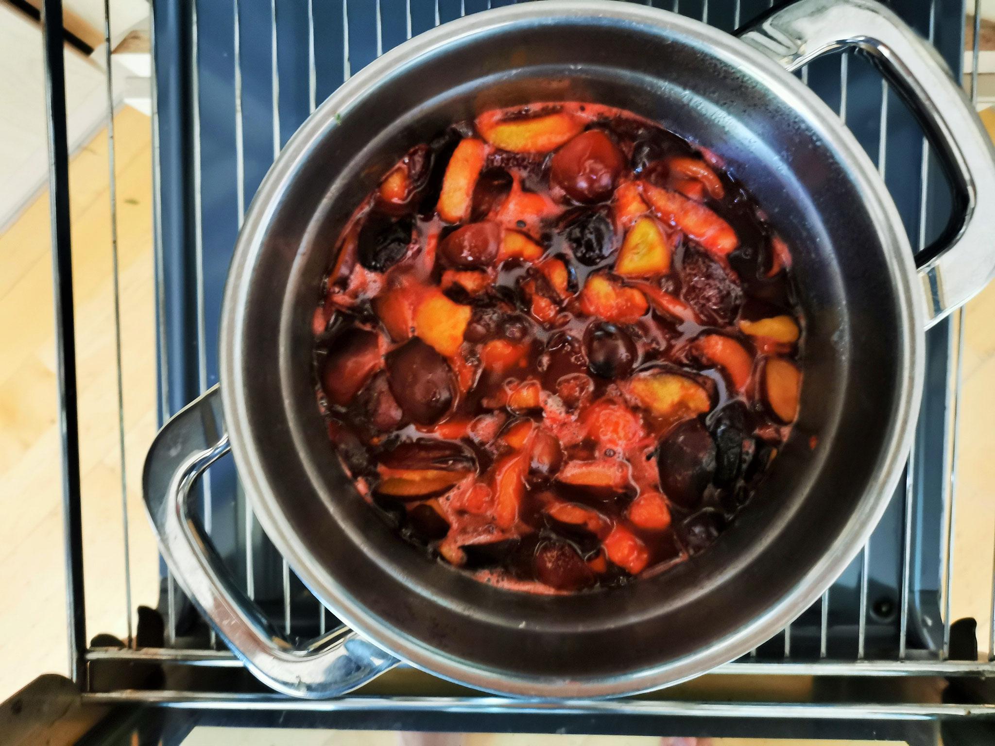 im Ofen werden die Zwetschgen ca. 10-12 Stunden eingekocht