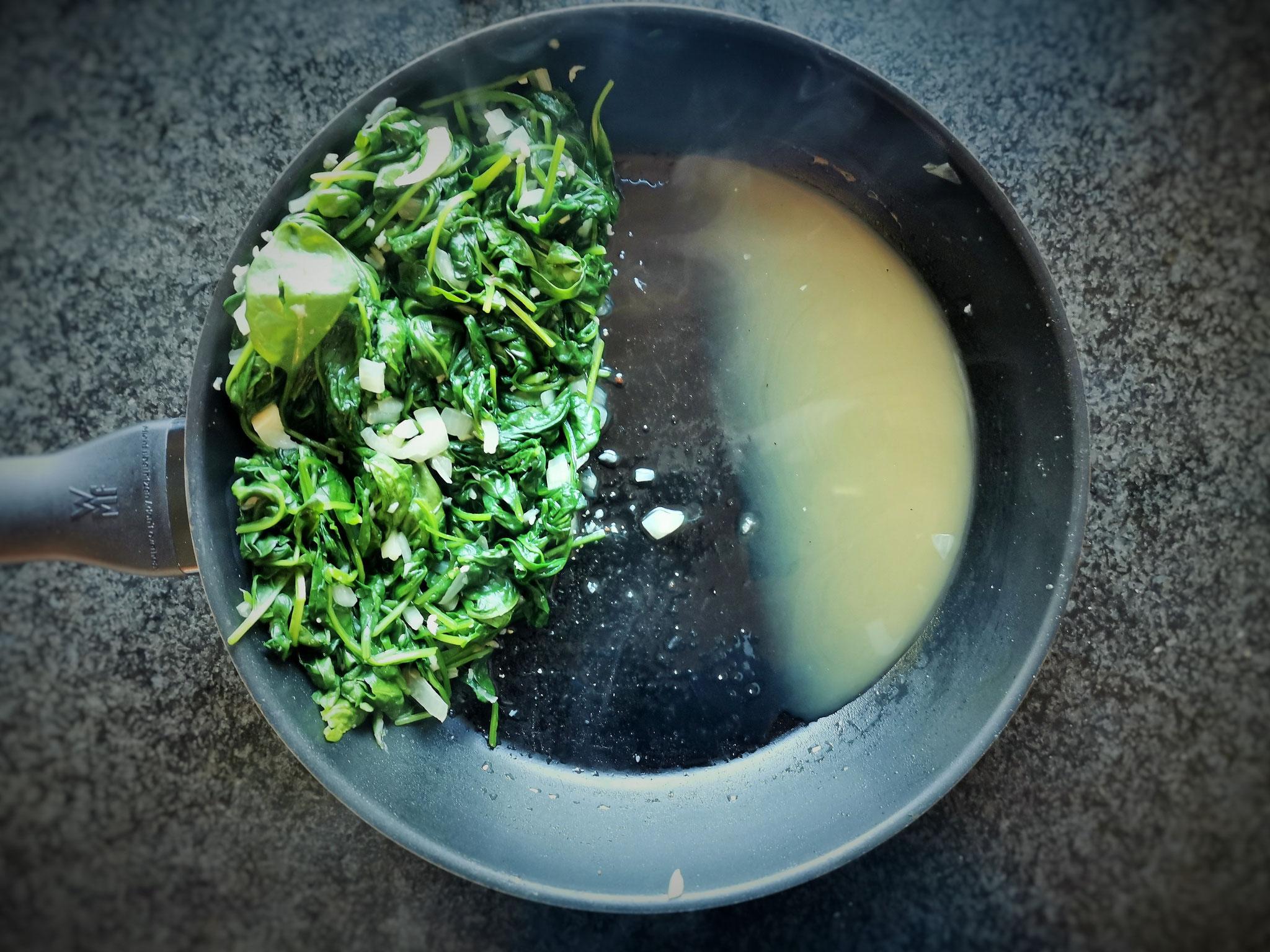 Spinat mit dem Kochlöffel etwas ausdrücken und evtl. überschüssige Flüssigkeit wegleeren