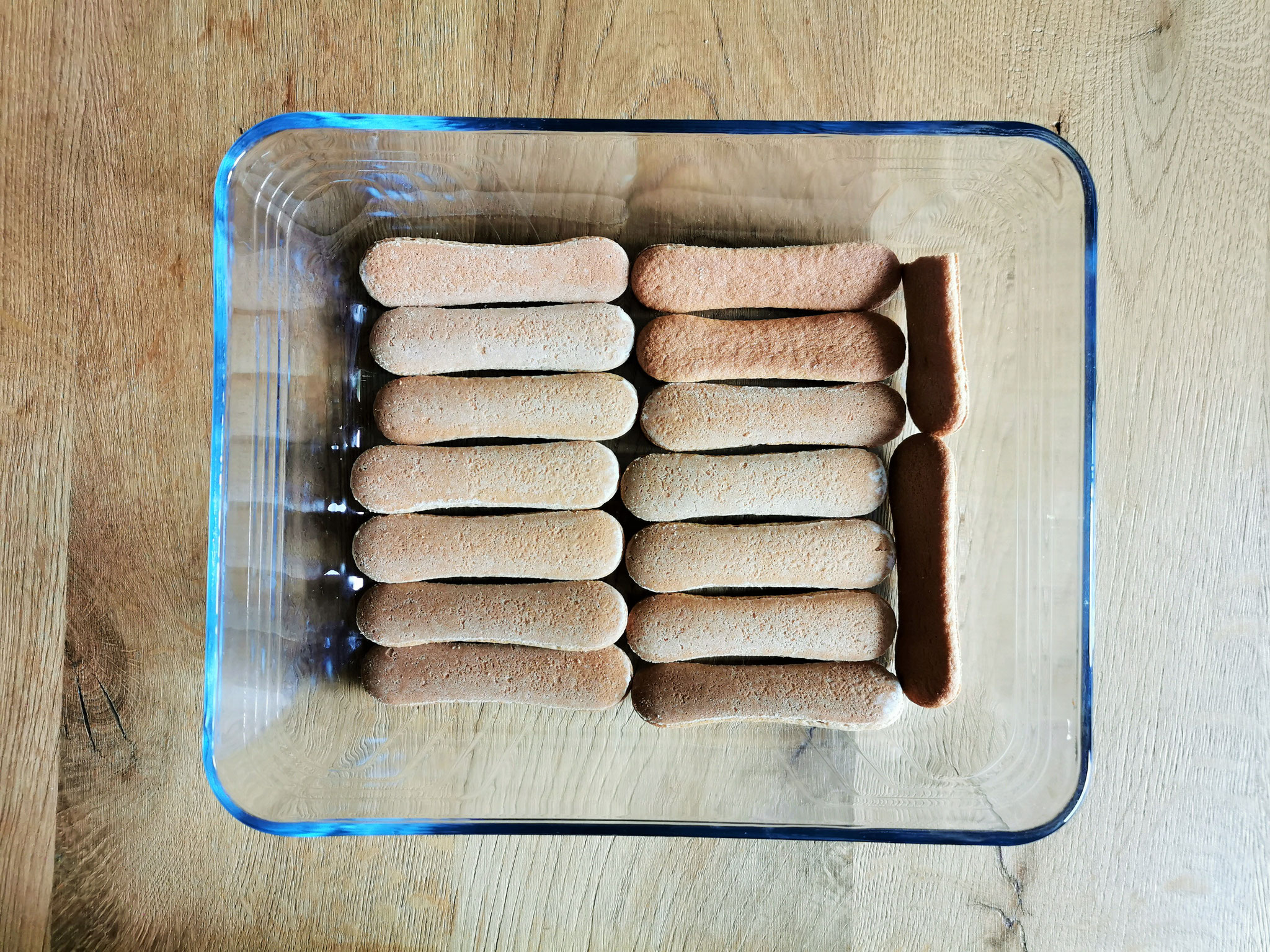 Auflaufform mit Biskotten auslegen