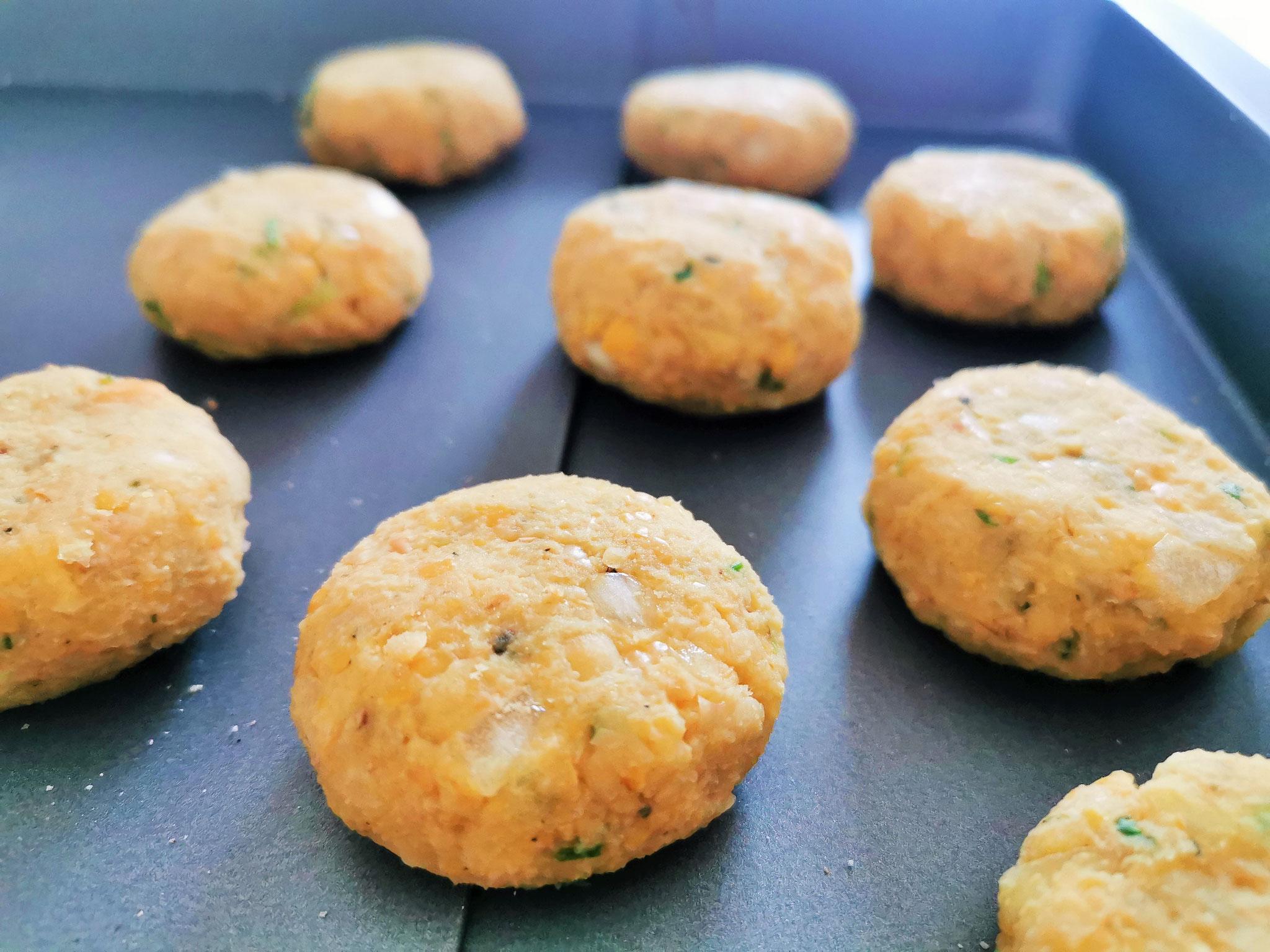 kleine Bällchen formen - etwas flach drücken und im Ofen backen