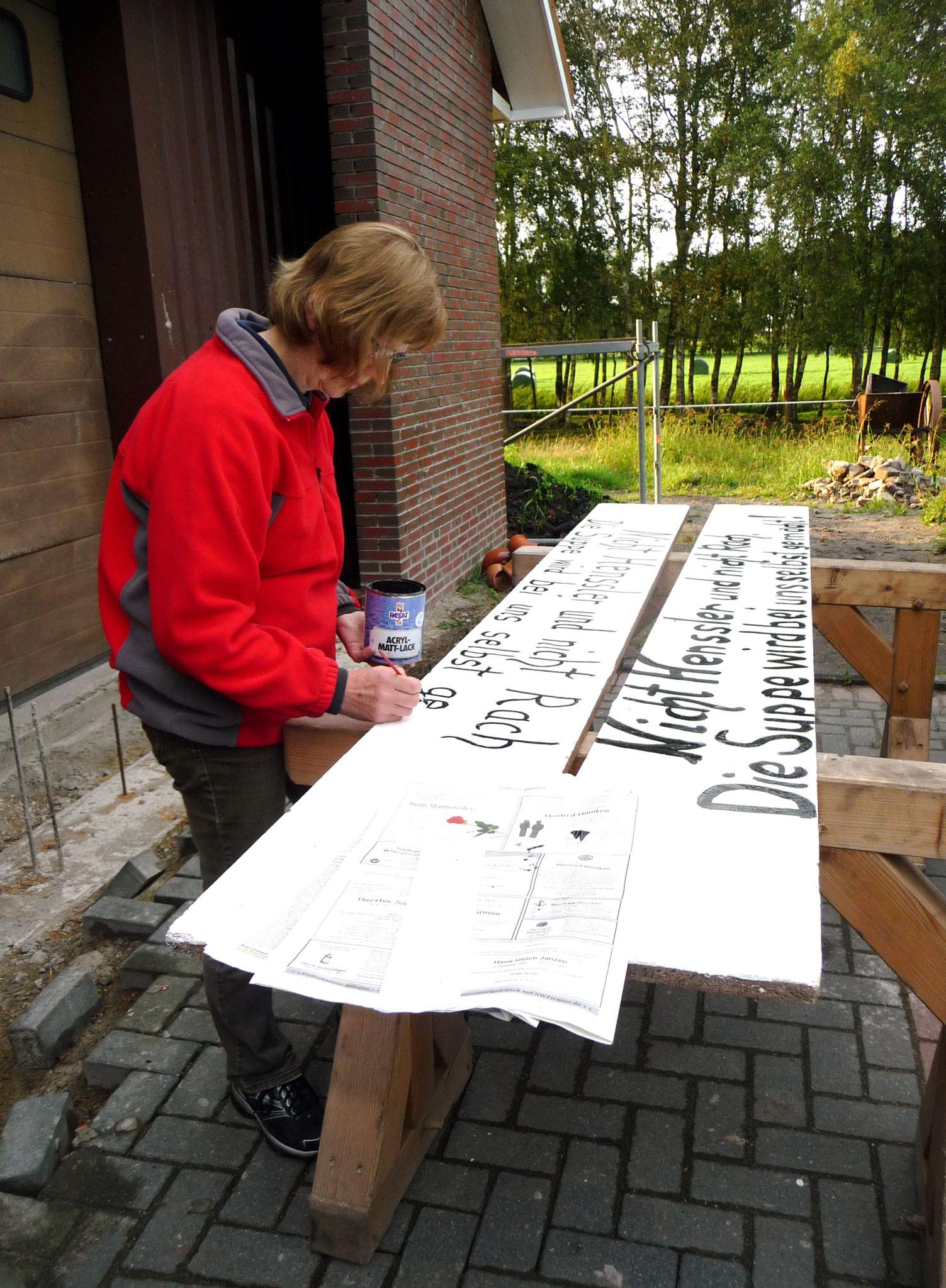 Elke malt unser diesjähriges Thema auf Holz