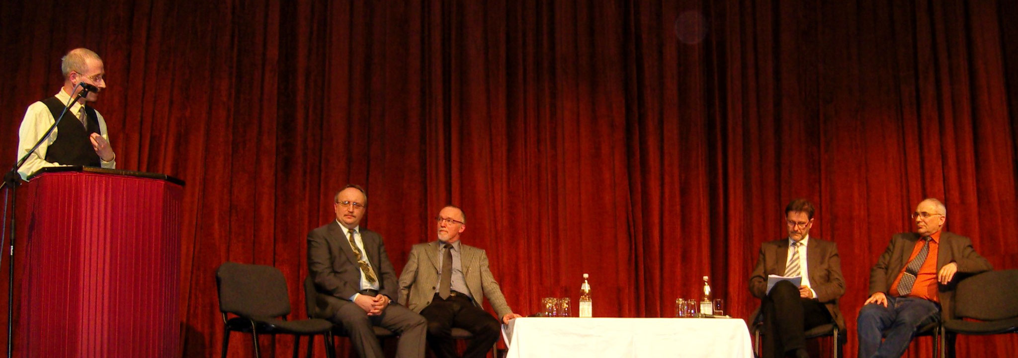 """Campus Wittenberg: kontroverse Podiumsdiskussion im Wittenberger Theater u.a. mit dem Kultusminister Jan-Hendrik Olbertz (4. v. links) zum Thema """"Bildung und Erziehung sind eine Einheit""""  - 2008"""