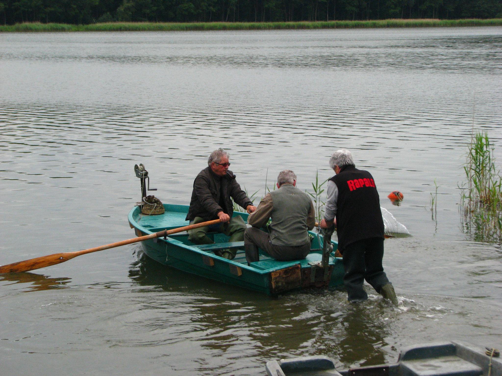 Les bénévoles et leurs barques