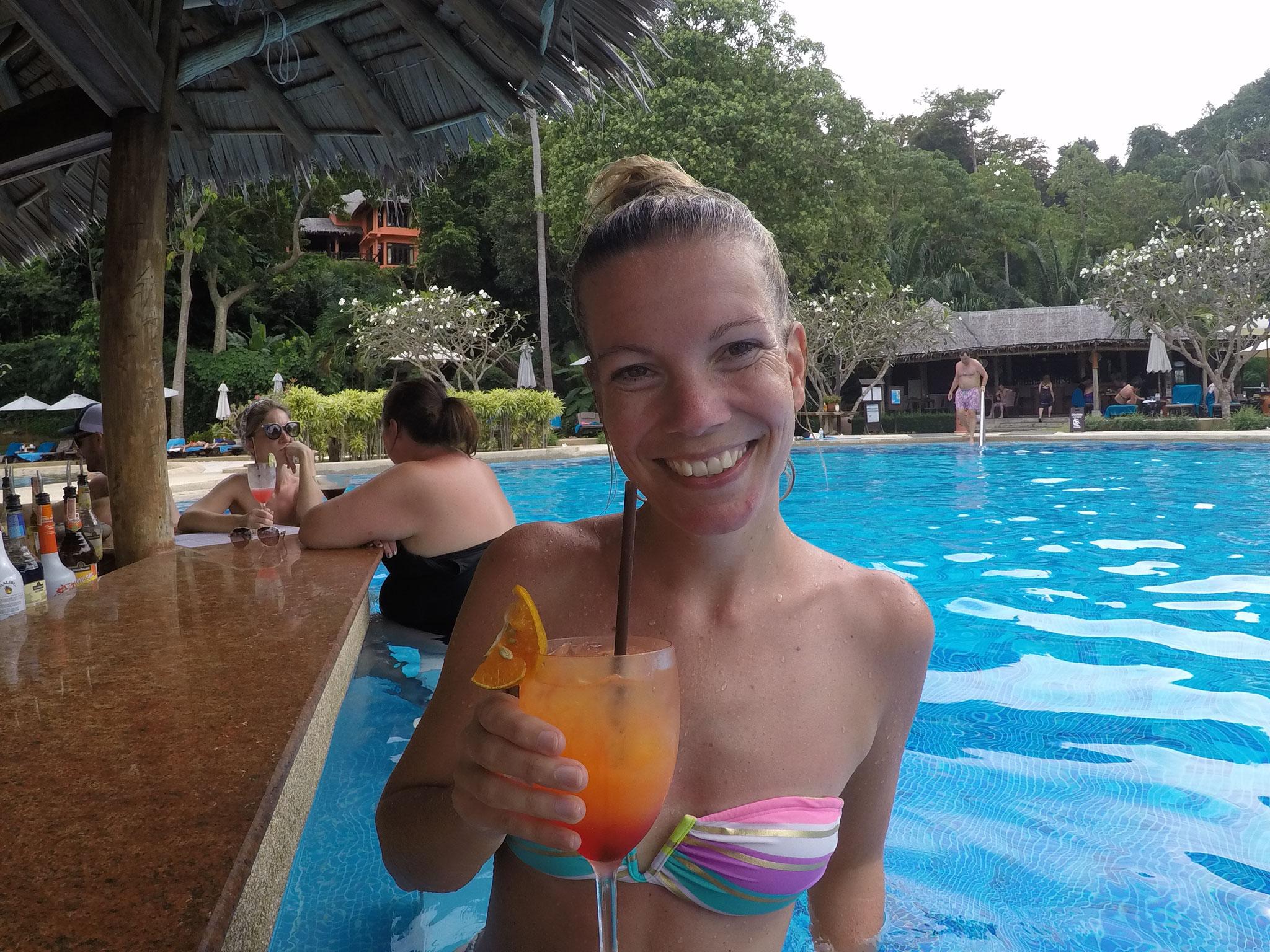 Cocktails im Pool genießen