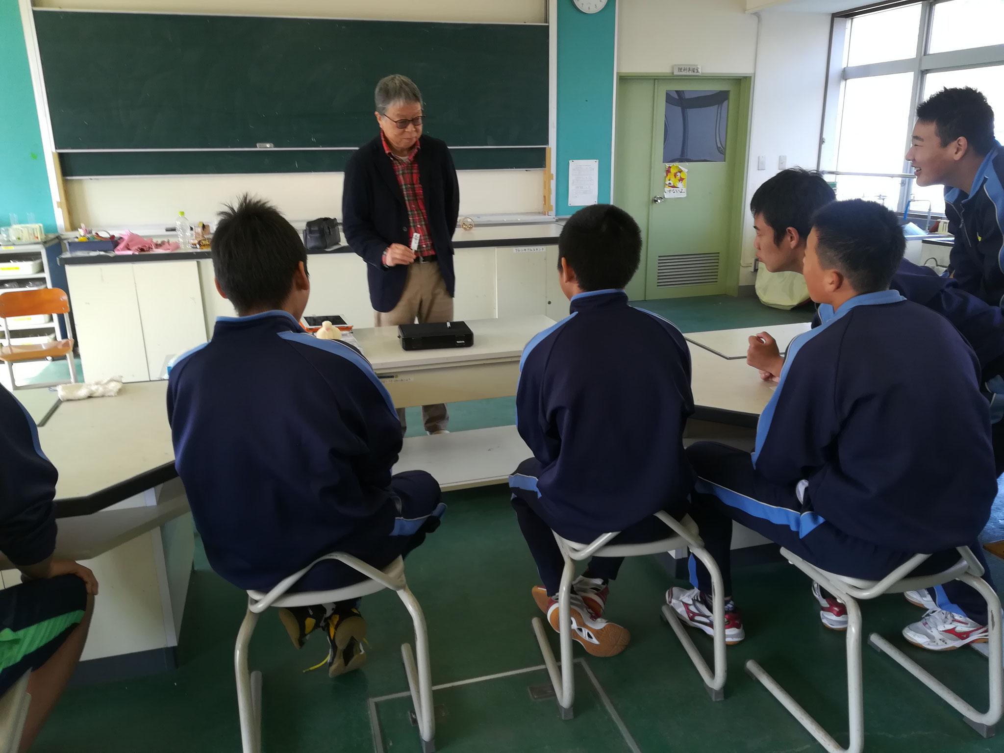 マジック講座、導入の先生のマジックショーで大盛り上がり。