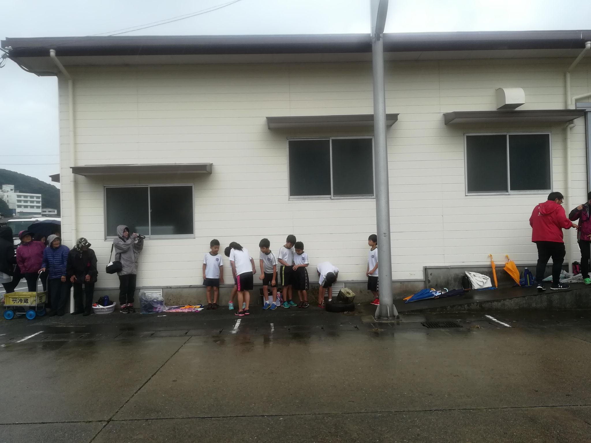 出走前の小学生たち・・・。