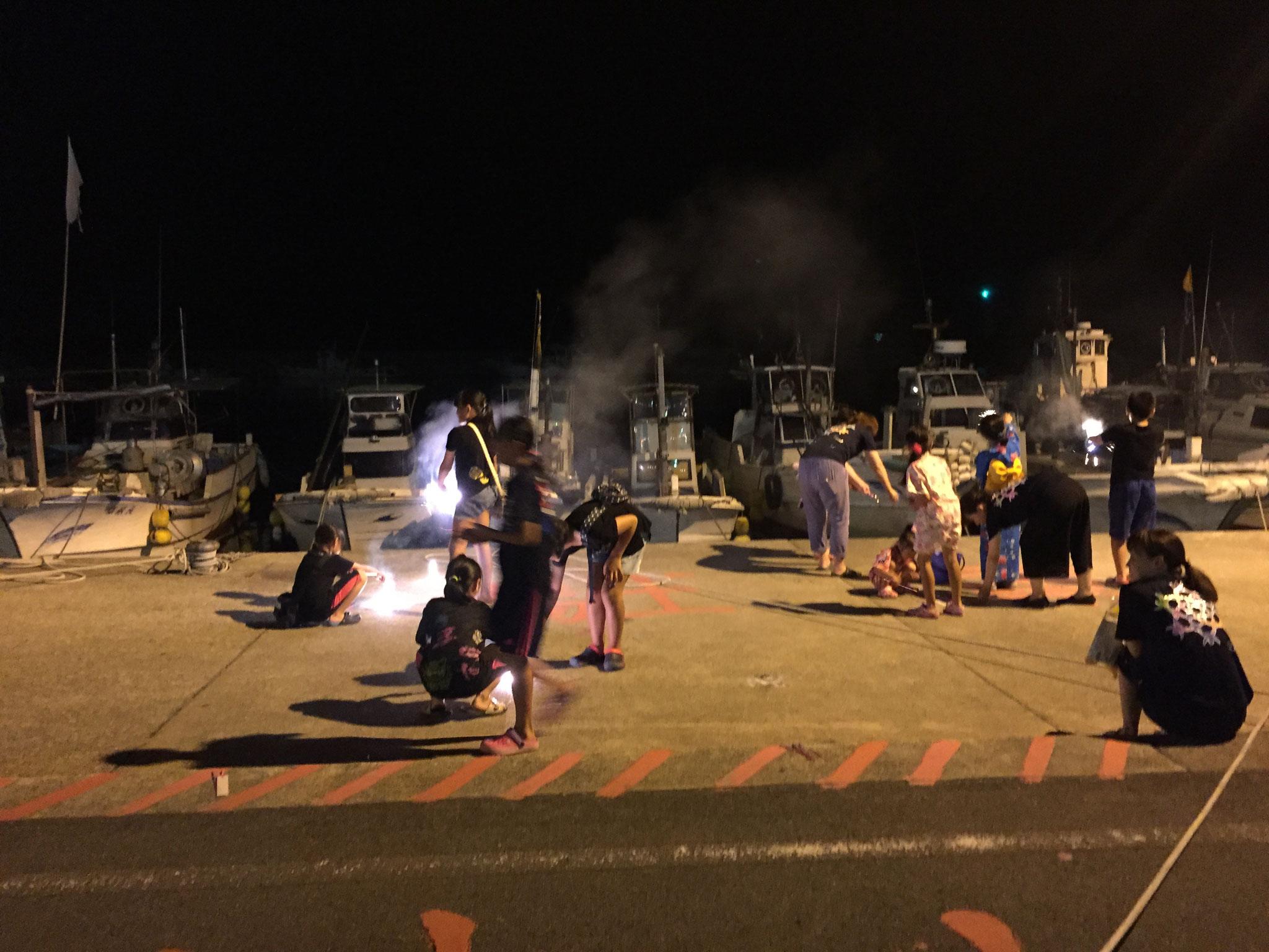 子どもたちは途中休憩に、配られた花火で遊びます。わたしももらったけど、ちょっと仲間には入れなかった。