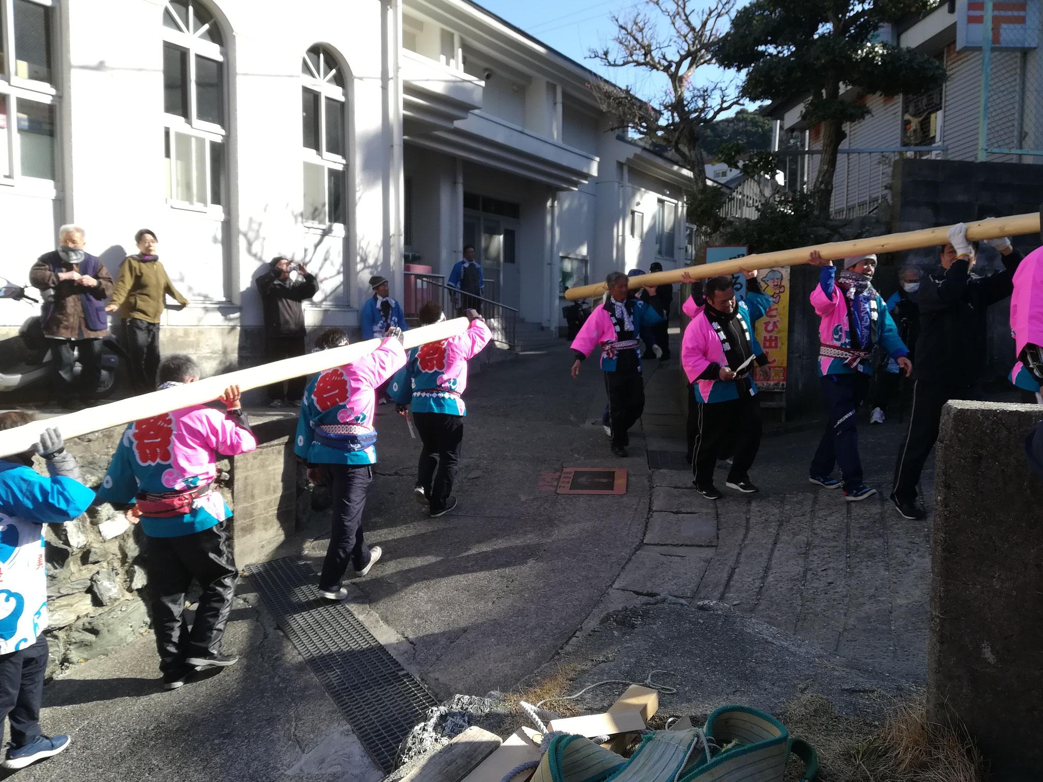和具の人たちは冷静にスイスイ運んでいた。