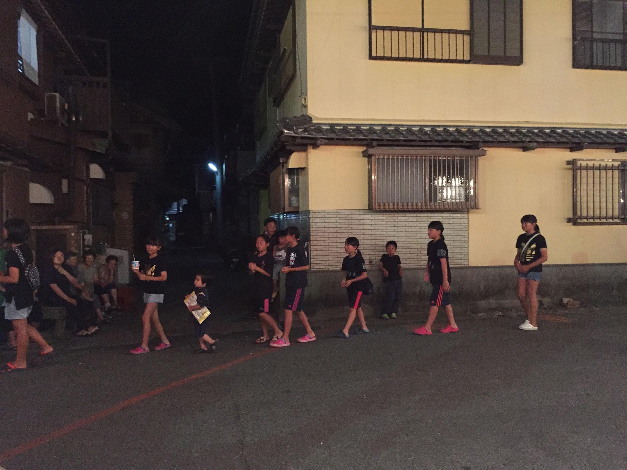 小学生も中学生も男の子も女の子も恥ずかしがらずに踊るのがよい。