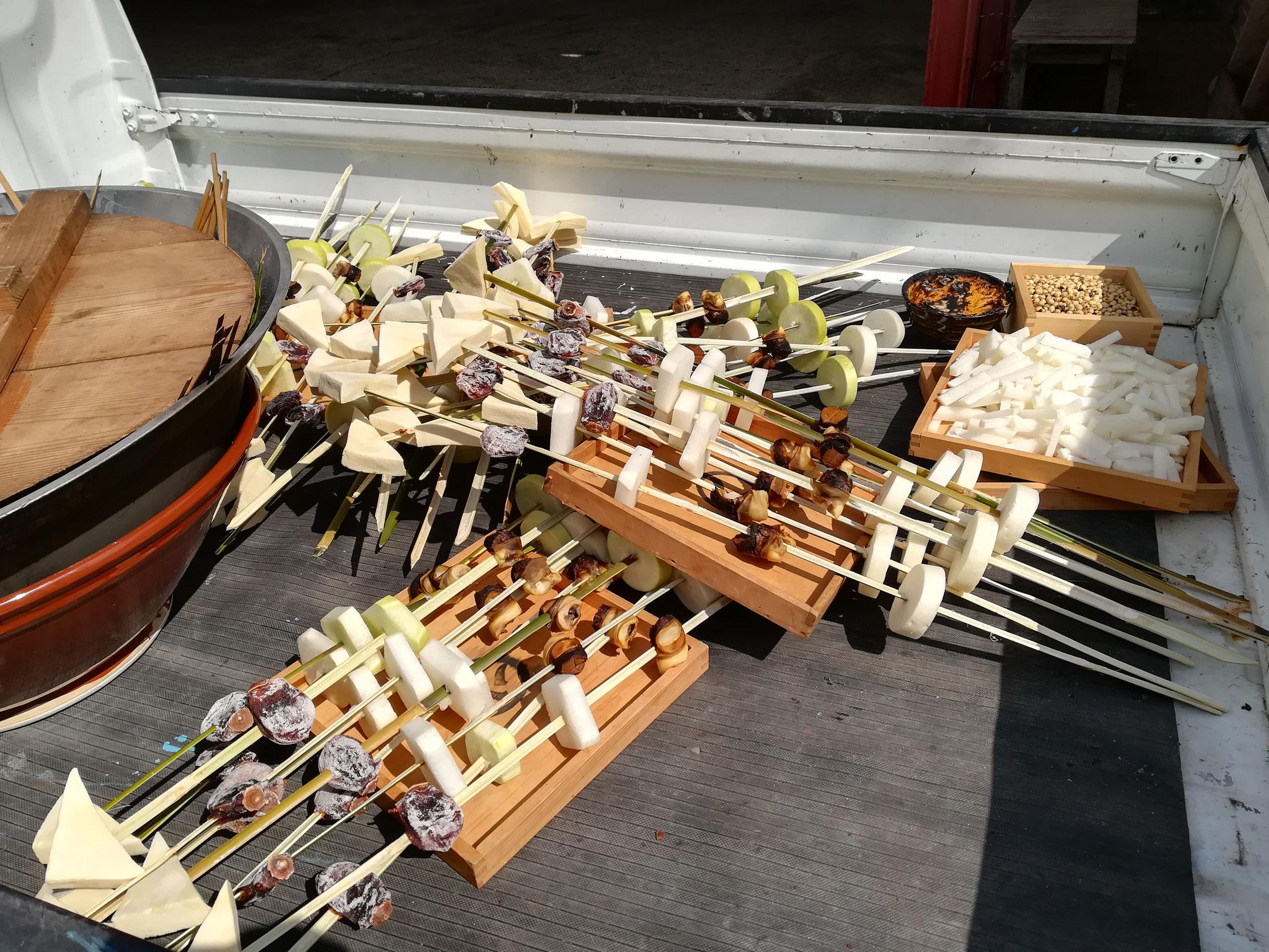 串にささった豆腐、干し柿、大根、いの貝など