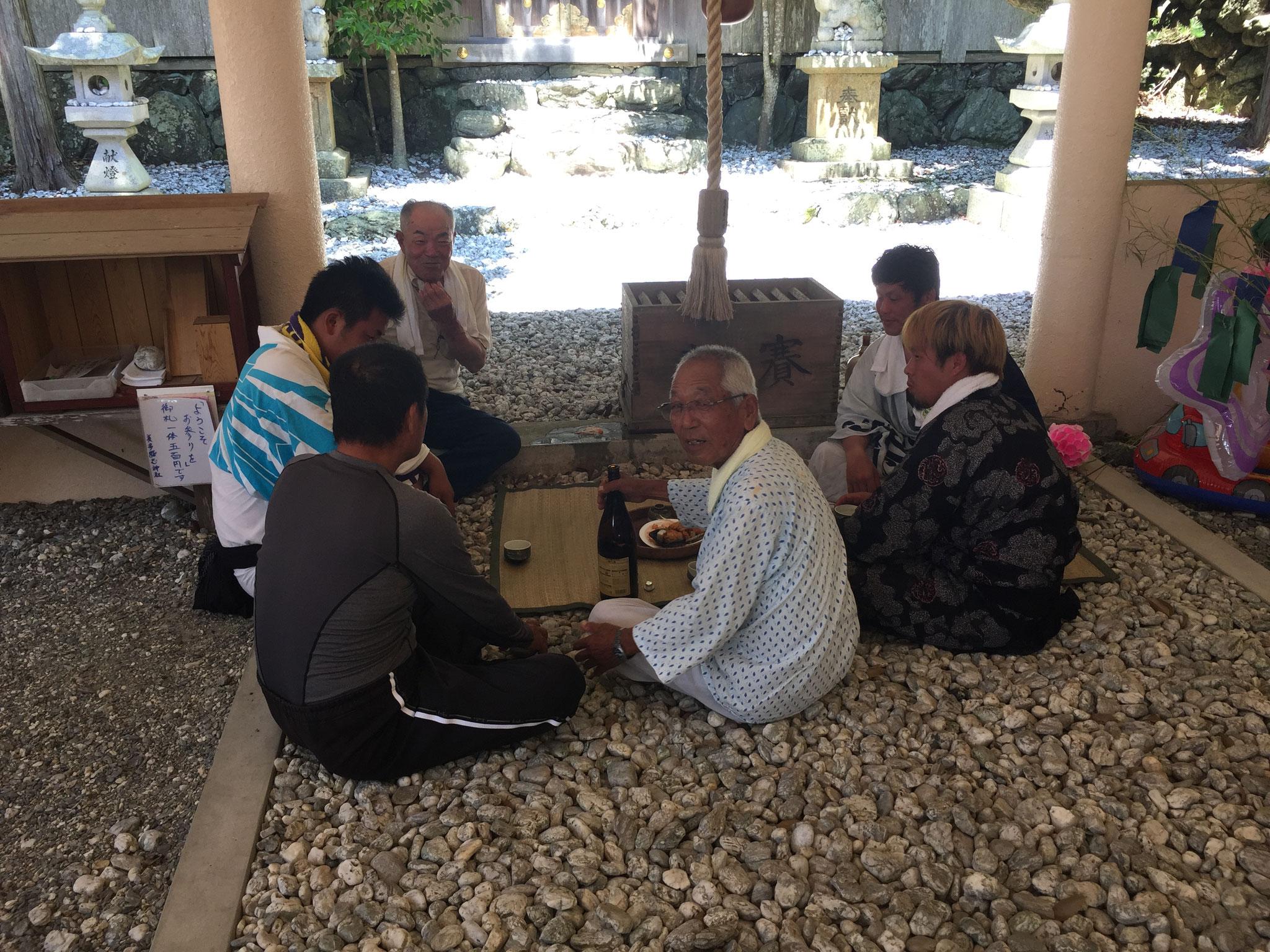 美多羅志神社にて、神社総代のおじさんたちと