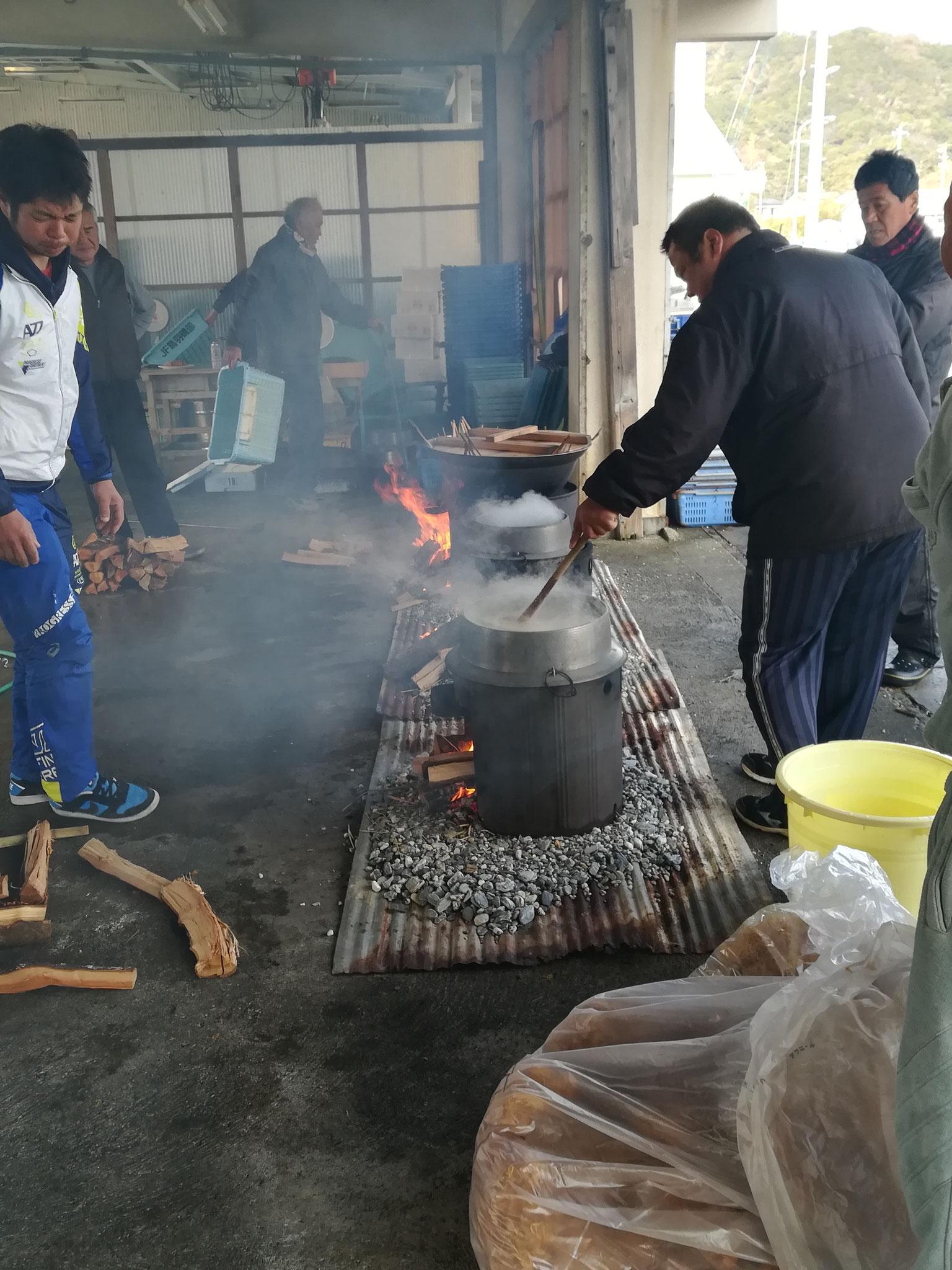 膳を作ったり、ふのり(糊になる海藻)を炊いたり。