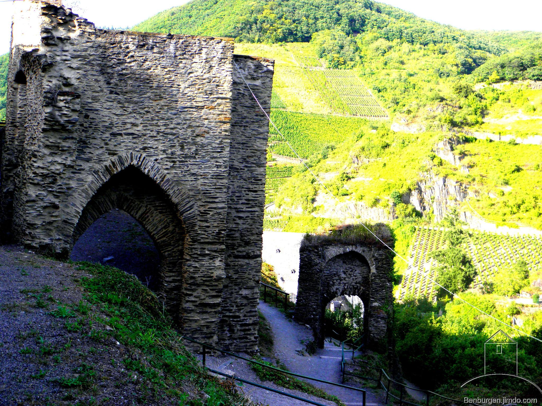 Zweites und erstes Burgtor. Ingesamt gab es vier Tore. Burg Metternich.