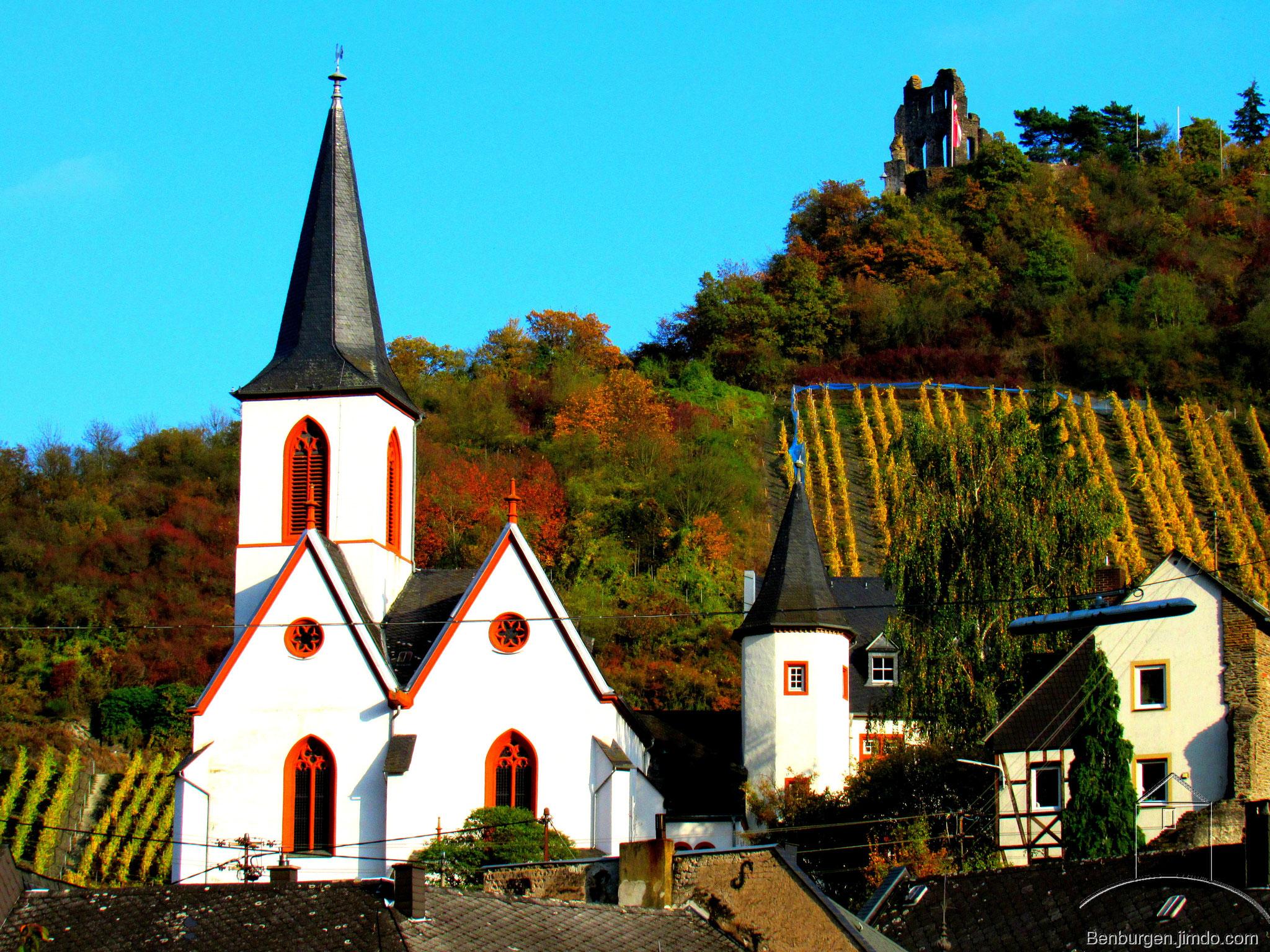 Pfarrkirche von Trabach. Im Hintergrund die Grevenburg.