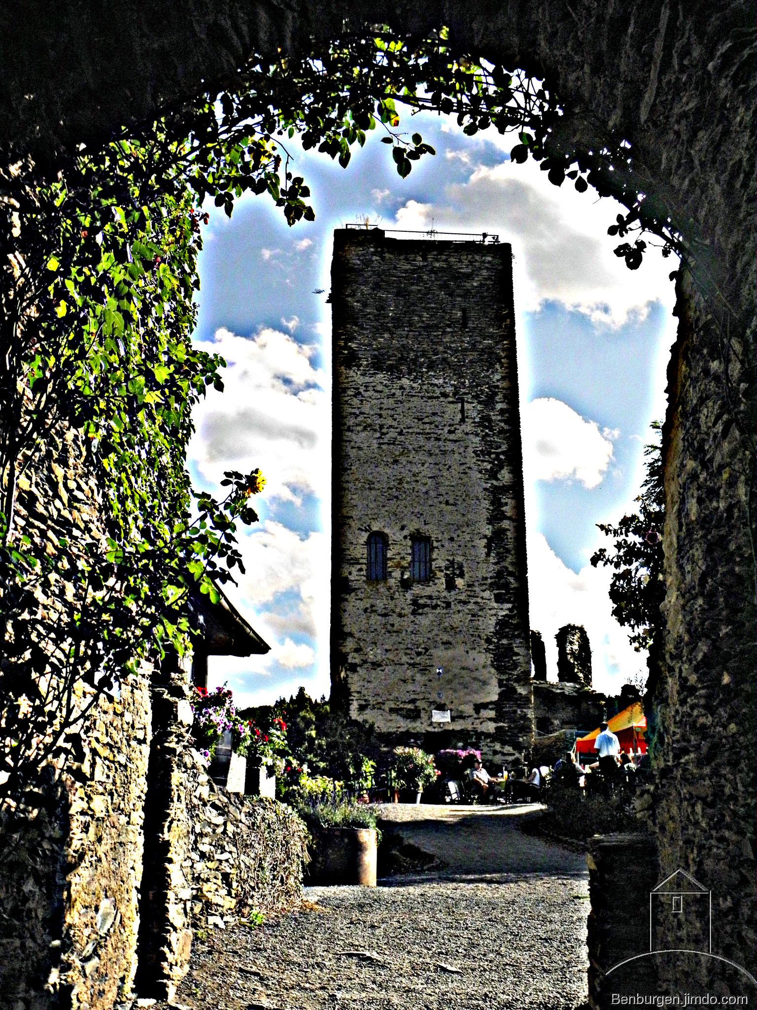 Blick durch das Haupttor zum Bergfried. Burg Metternich