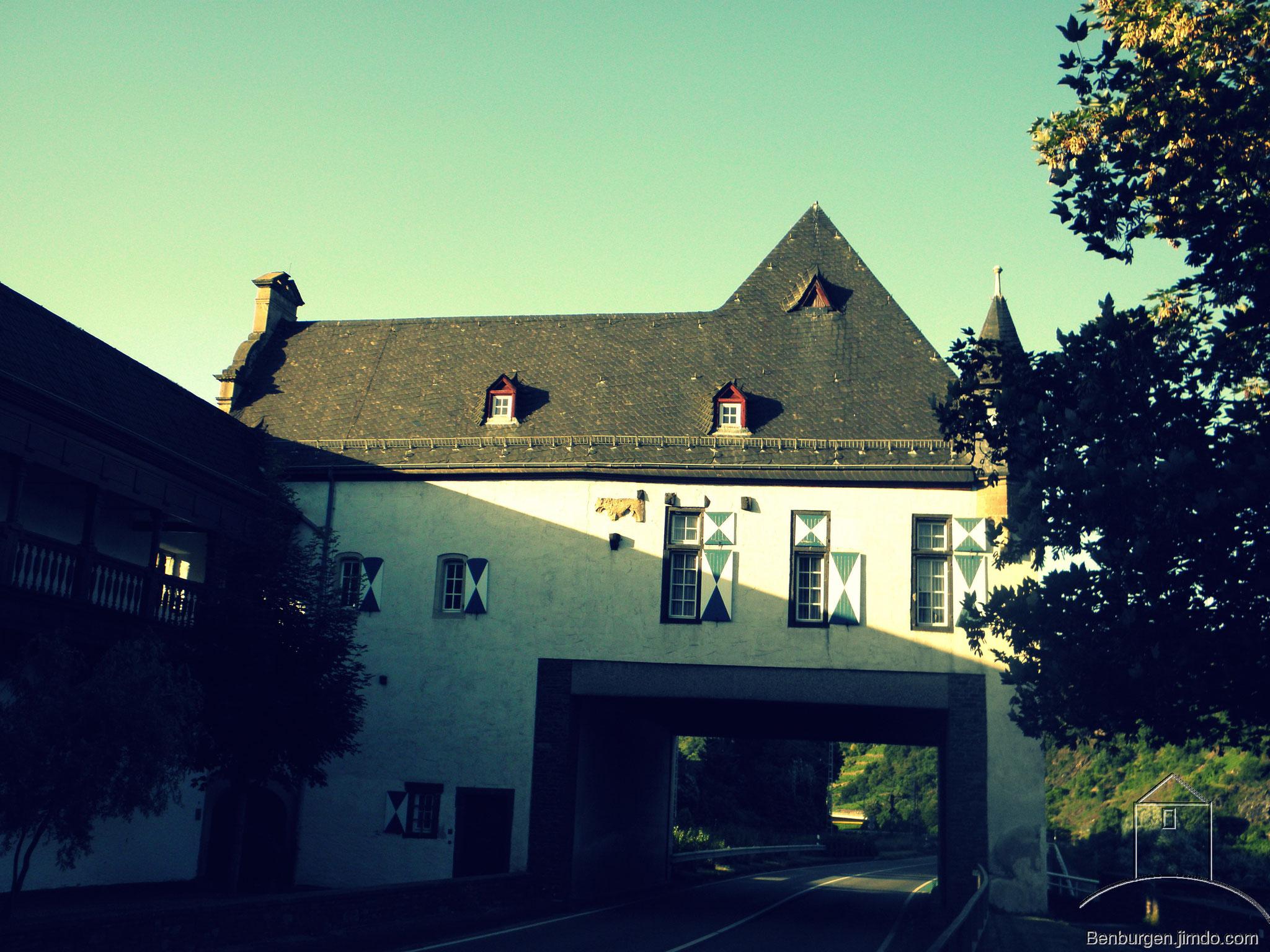 Burginnenhof der Kernburg. Oberburg Gondorf