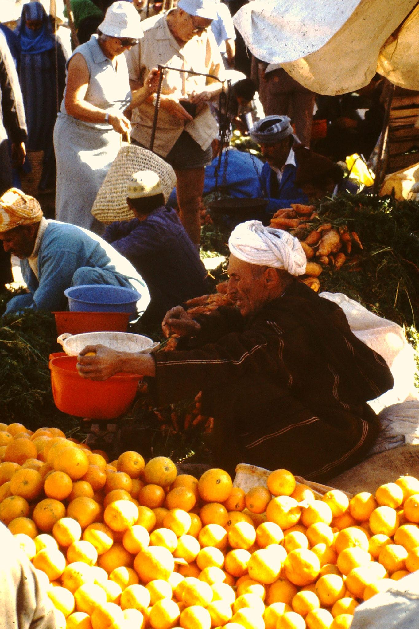 Er verkauft Orangen.