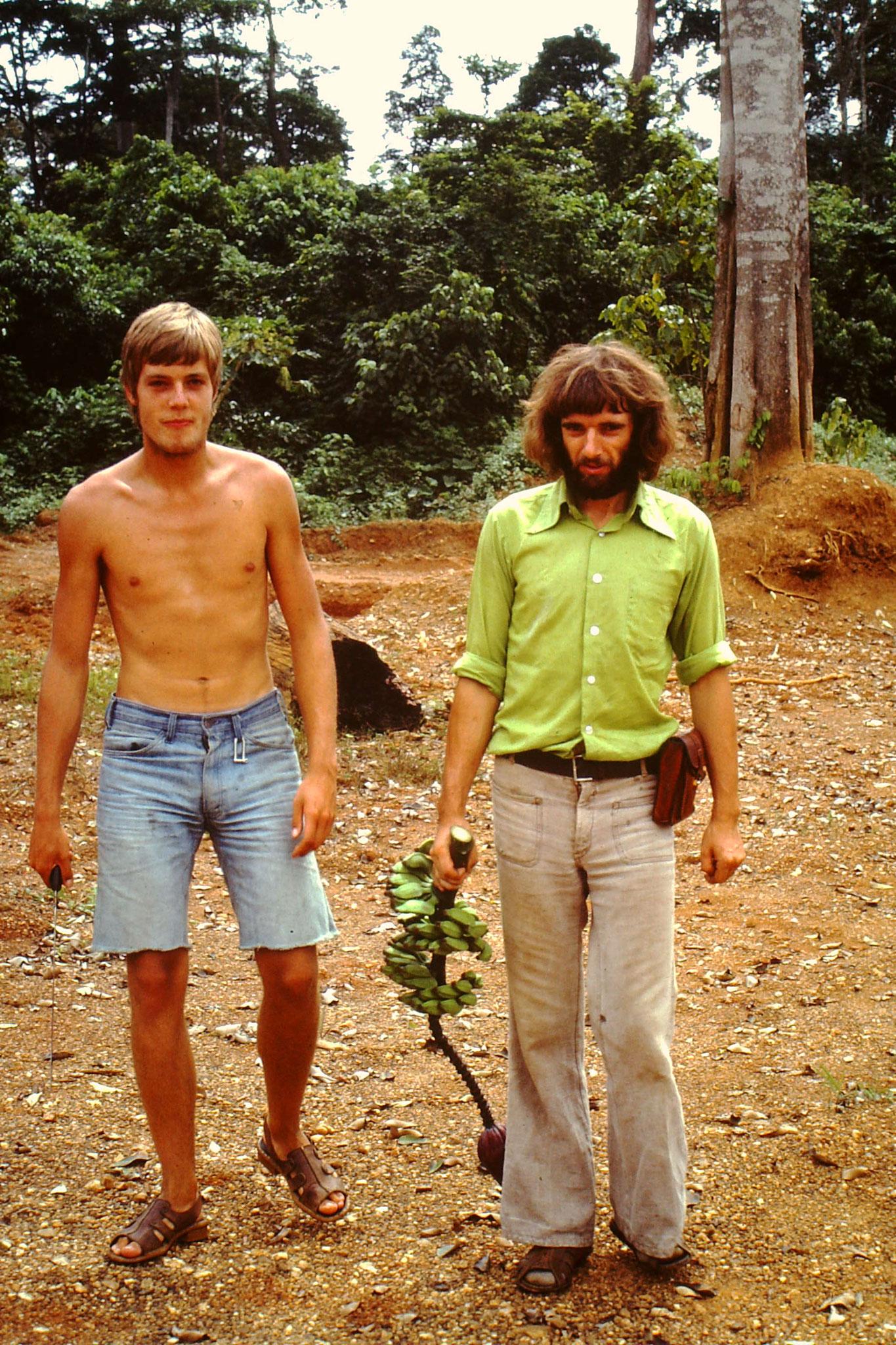 Roland, einer der Weggefährten und ich holten Nachschub an Bananen.
