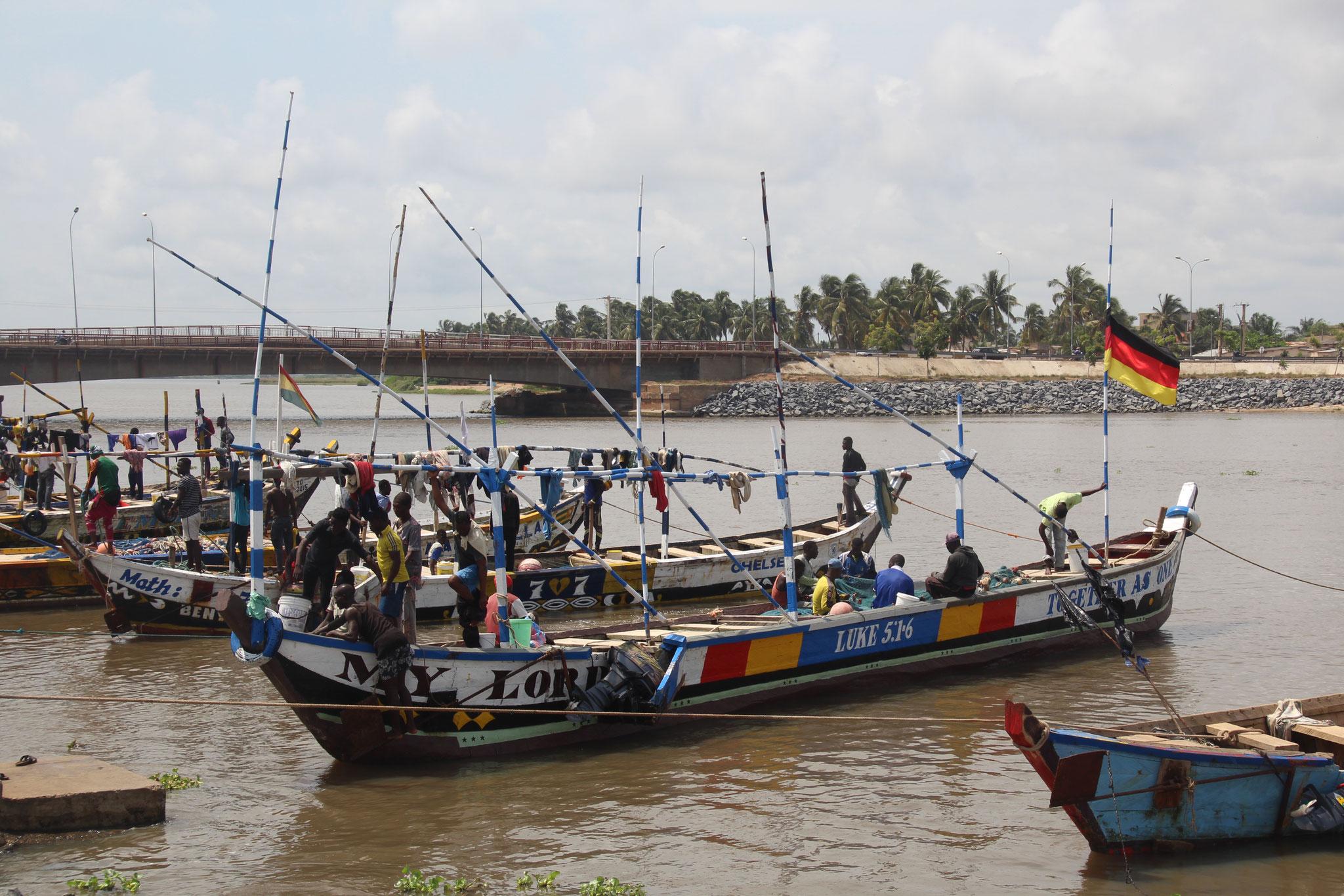 15. Fischerboote im Hafen der Lagune von Aneho.