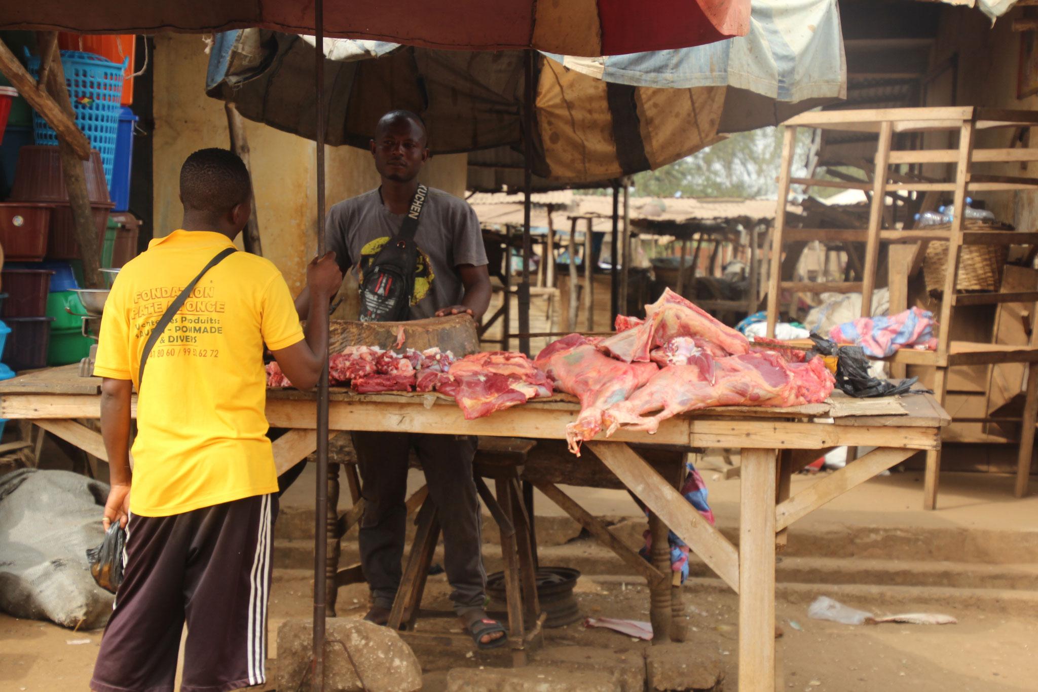 Fleischverkäufer auf dem Markt von Tsevie.