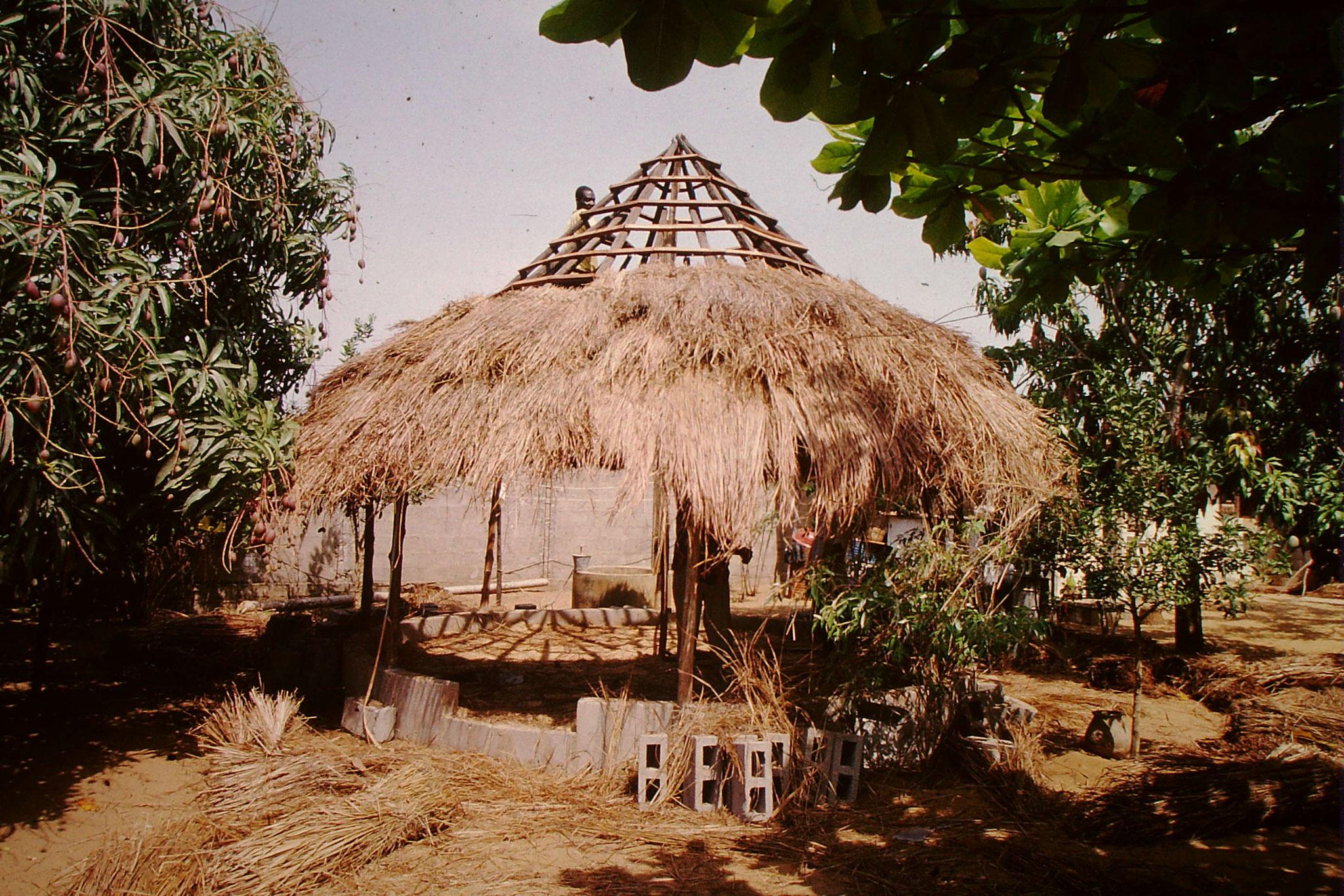Paillote wird gedekt circa 1999