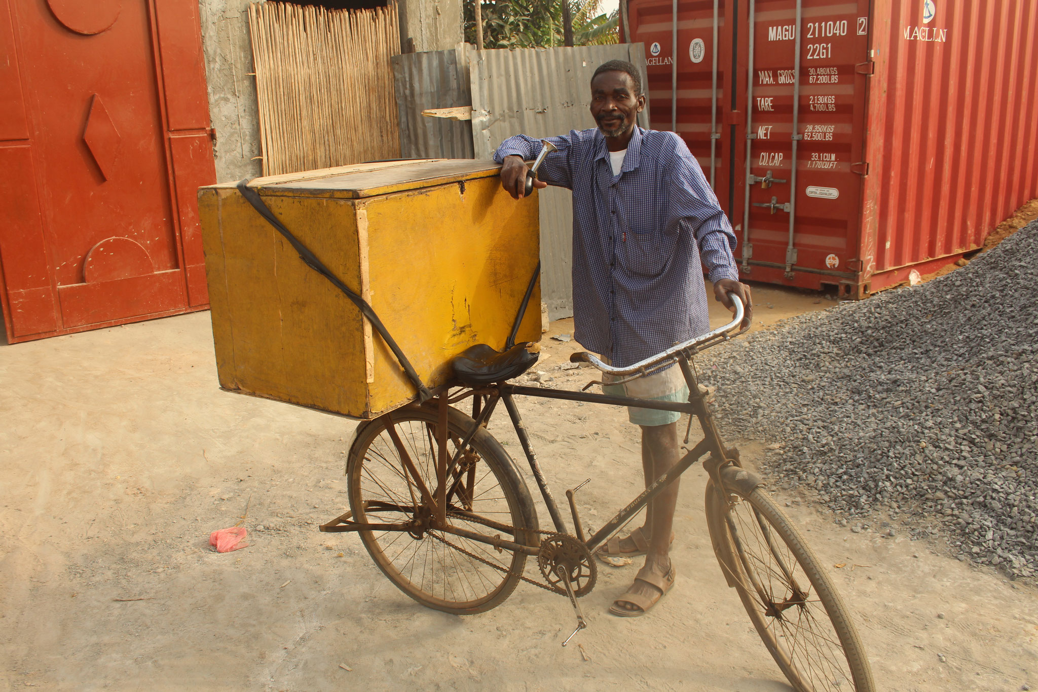 Er kaufte sich aber ein Billigfahrrad aus China. In der Kiste hat er bis zu 200 Baguets.