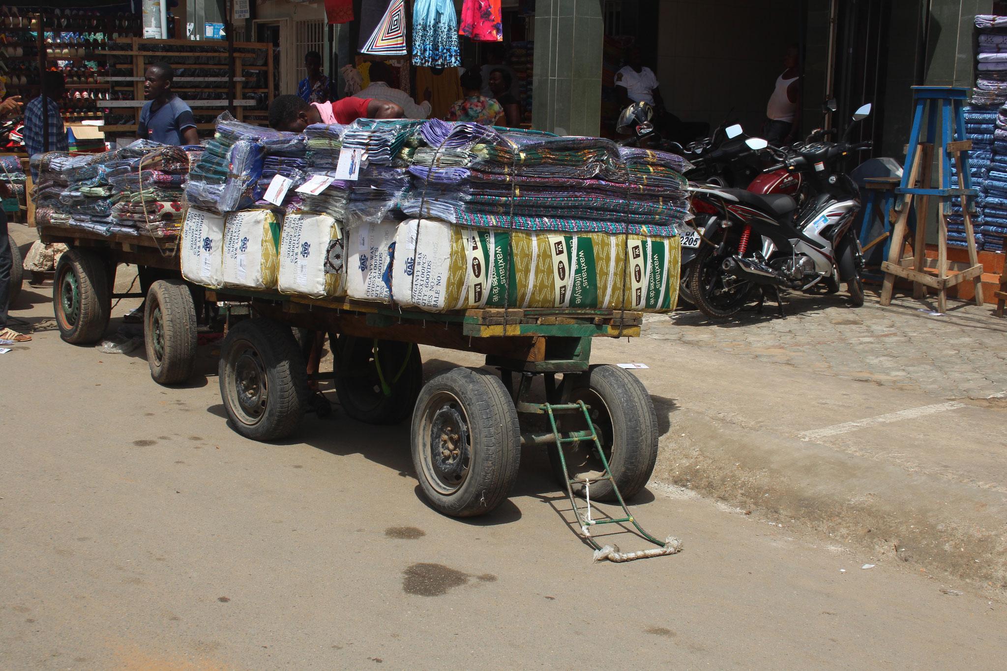 Dies ist ein Pus-Pus. Das Transporttaxi auf dem Markt.