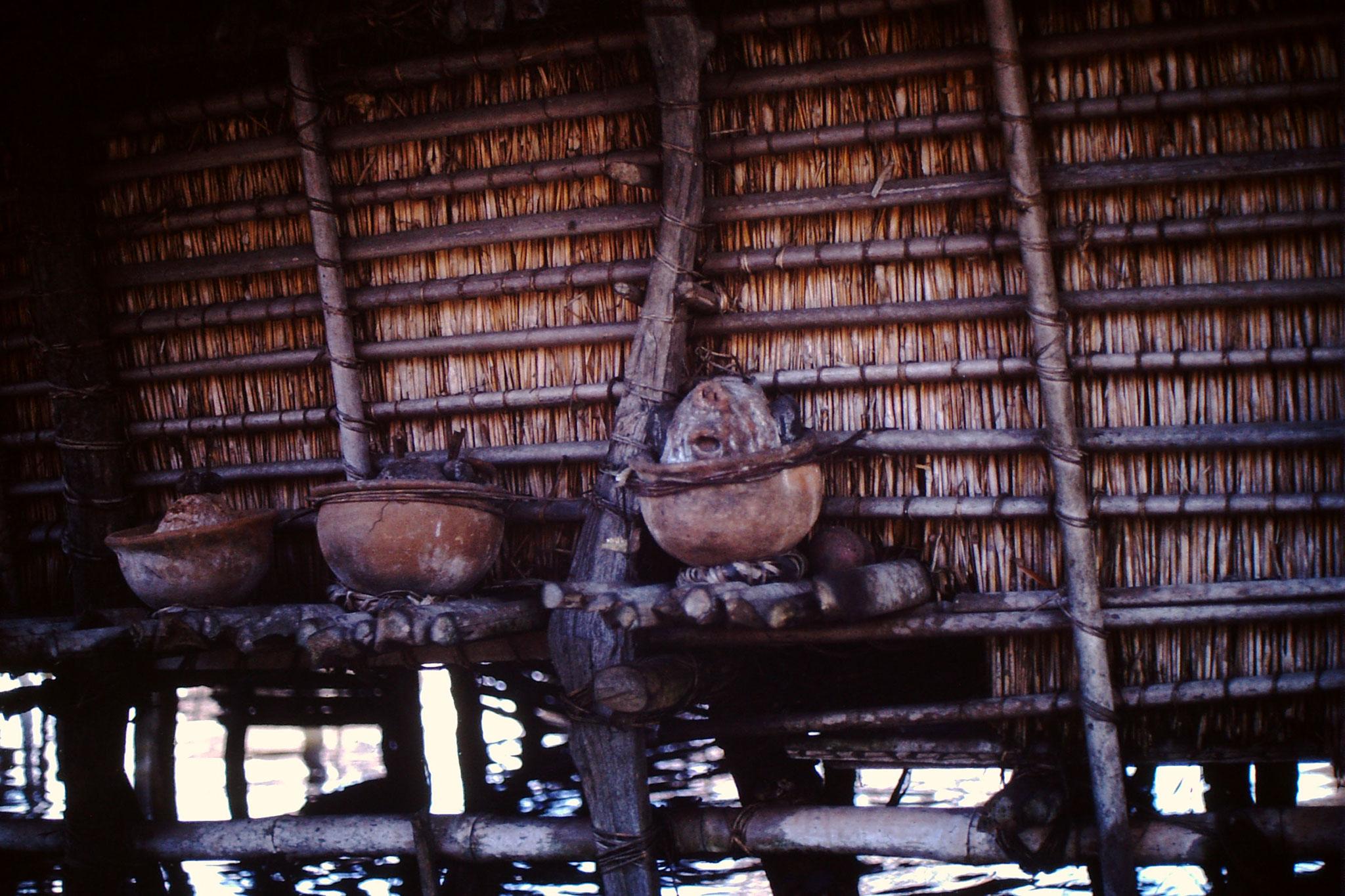12. Das Haus wird mit dem Fetisch geschützt. In den Schalen werden Opfer dargeboten. Die Lebensmittel wie auch der Palmschnaps soll die Ahnen besänftigen. Ob ich daran Glaube oder nicht, ist hier nicht die Frage, es ist einzig eine Sache des Respekts!