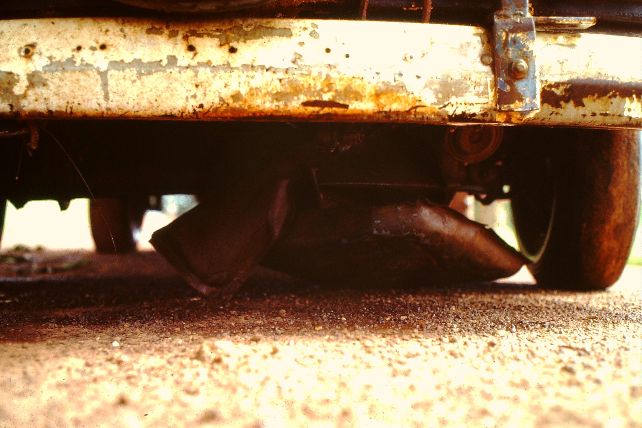 Das Schutzblech unter dem Auto wurde zum wiederholten Mal zerstört.