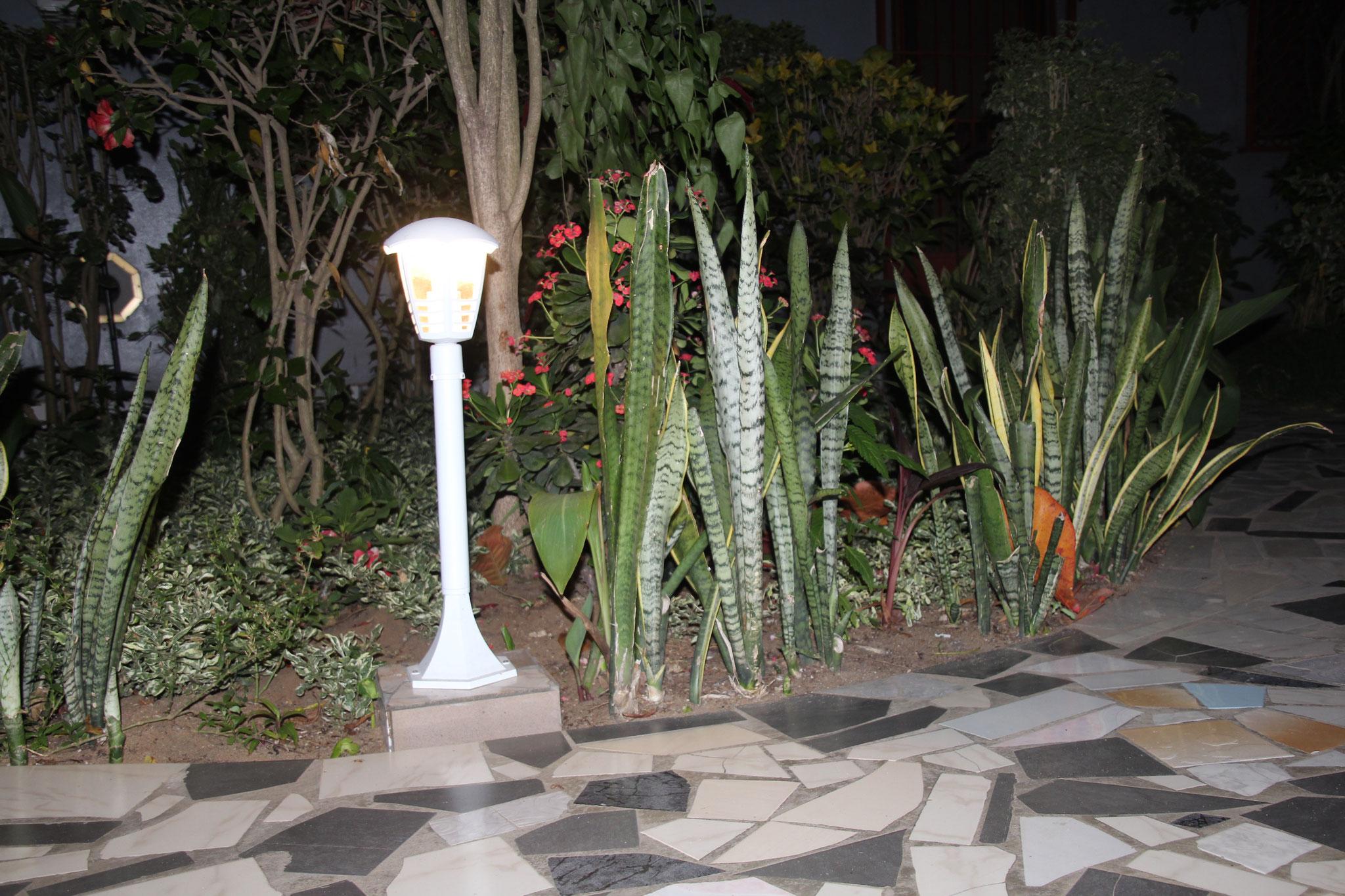Sechs solche Lampen sind im Garten und zwei auf der Terrasse.