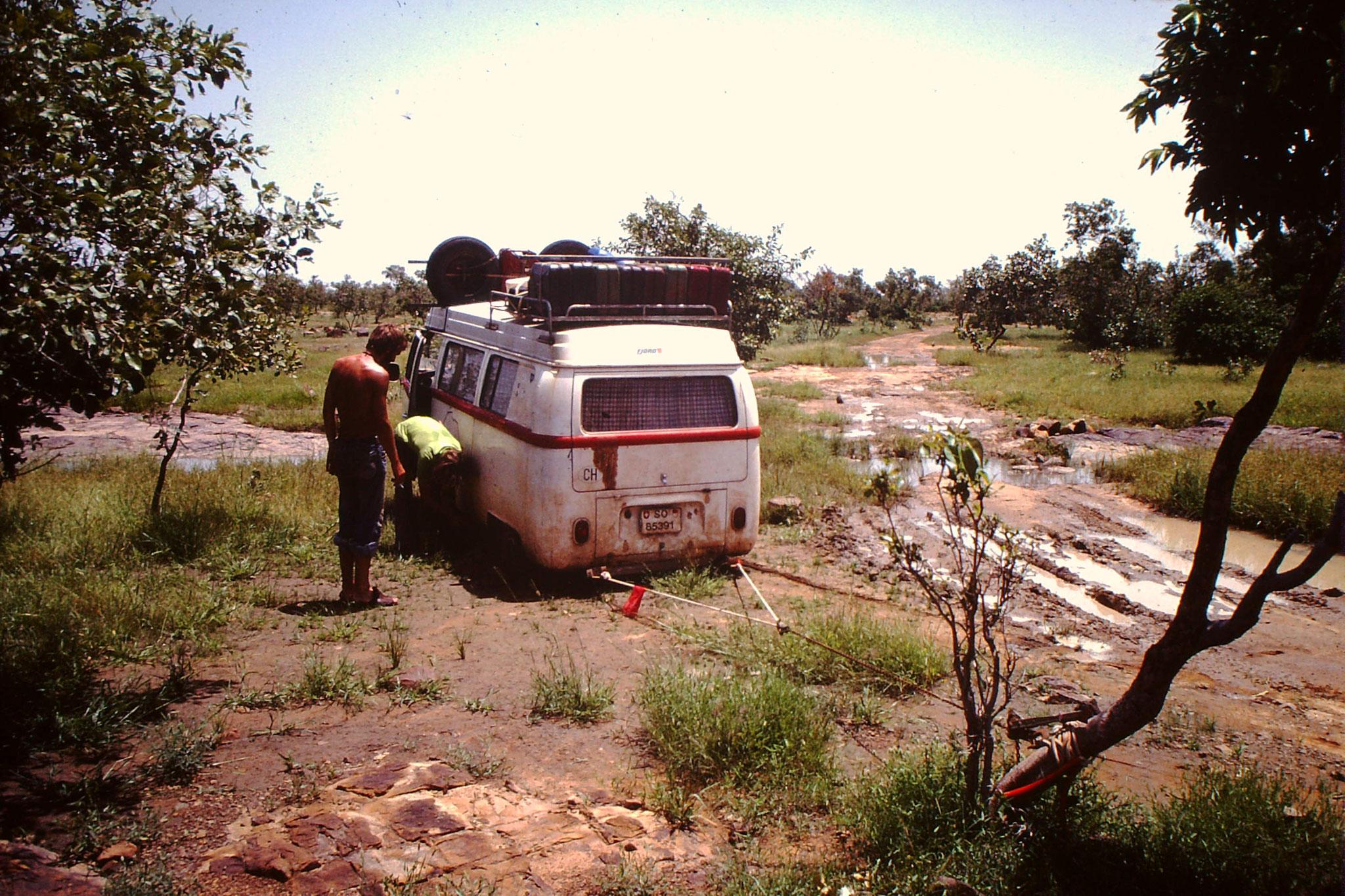 Hier war endgütig Schluss mit lustig. Mittels Seilwinde wollten wir das Auto aus dem Schlamm ziehen. Der Baum kam immer näher zum Auto. Nicht aber das Auto zum Baum.