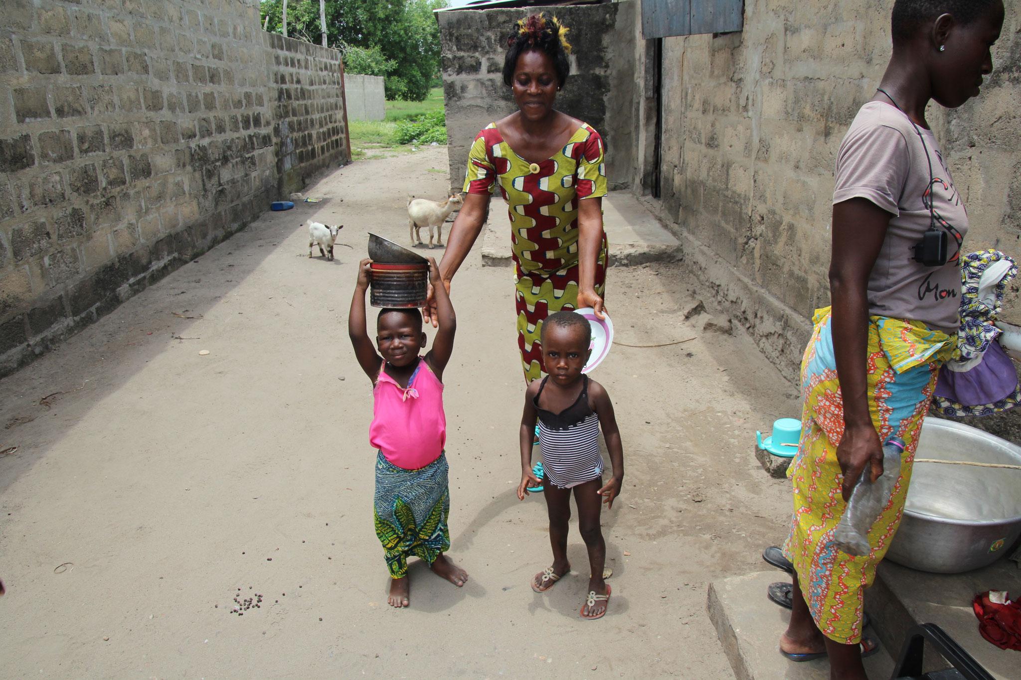 20. Frau mit zwei Kindern.