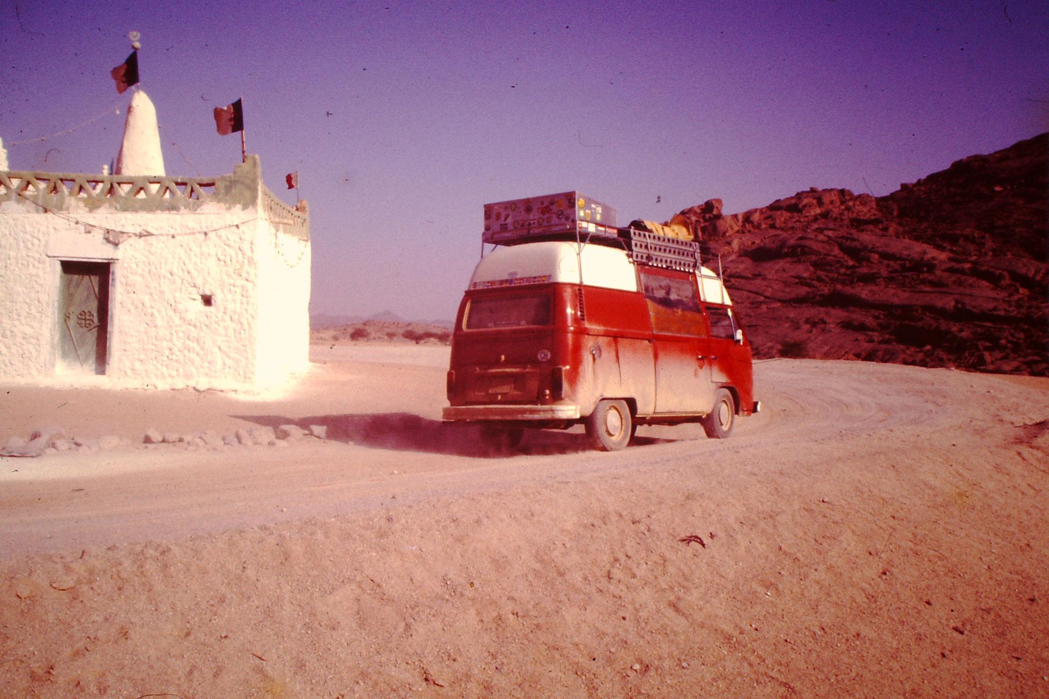 32. Beim Grab Hassan Moulay musste man 3 mal um das Grab fahren, damit man für den Rest der Sahara Glück hatte. Auch grosse Lastwagen und Sattelschlepper hielten sich daran. Seit die Teerstrasse weit östlich davon vorbeiführt, geht diese Tradition langsam