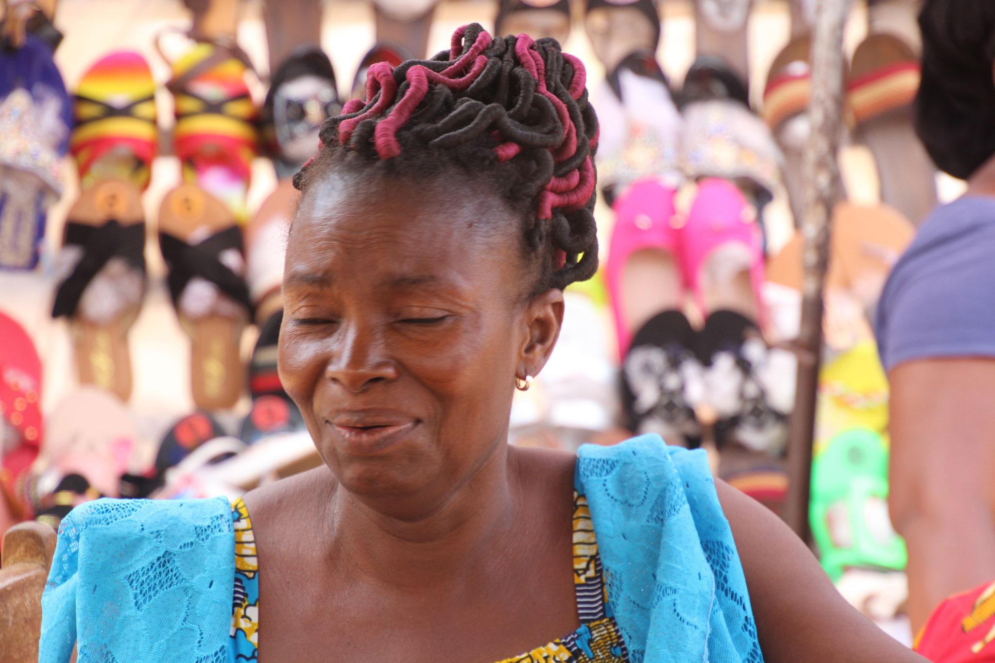 Kunstvoll geflochtenes Haar  bei einer Marktfrau.