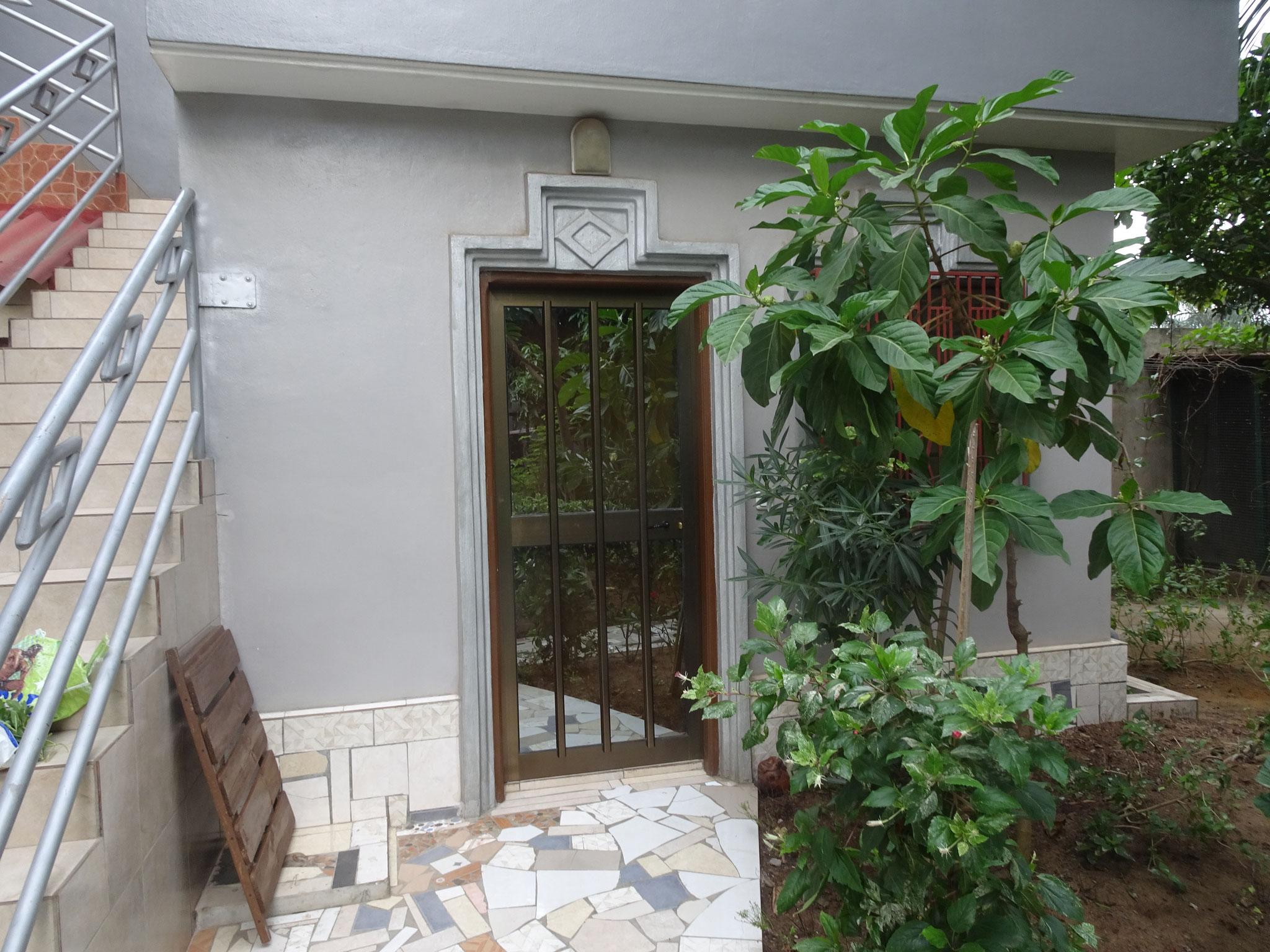 Im kleinen Zimmer wurde die Holzüre durch eine Alutüre ersetzt.