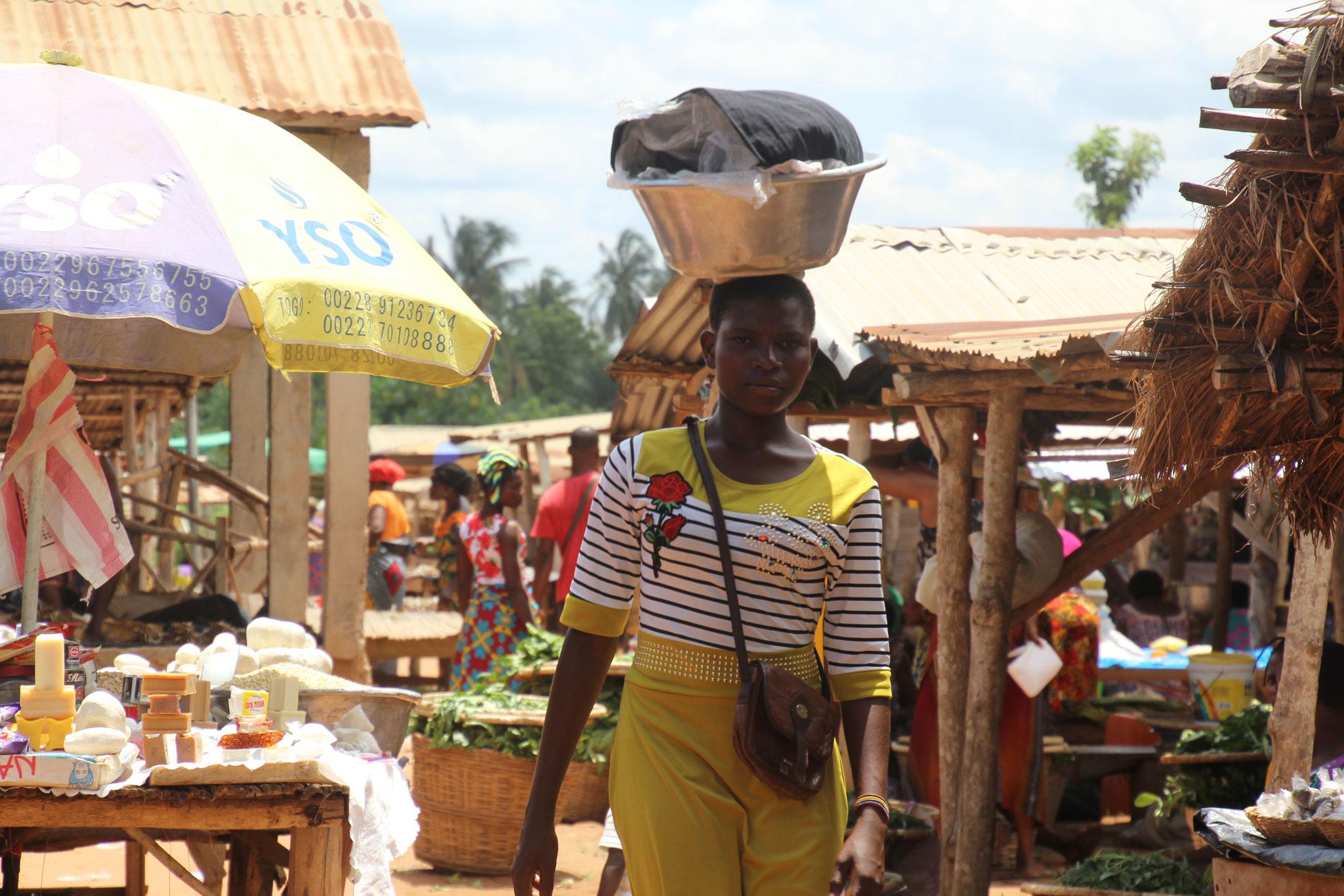 Junge Frau auf dem Markt von Tagblibo.