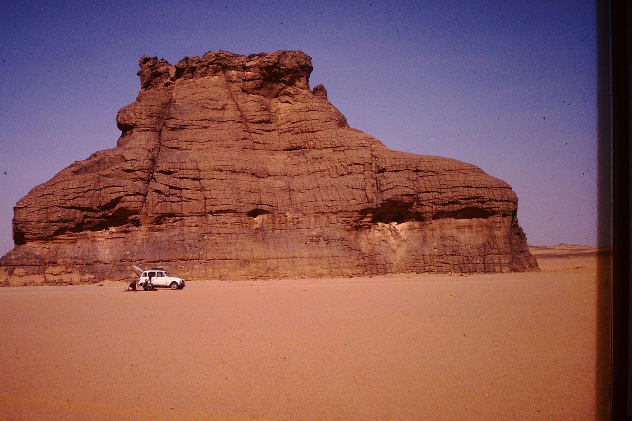 Vor dieser Kulisse des errodierten Felsens hatte ein Schweizer, der mit mir im Konvoi fuhr, an seinem Renault 4 eine Reifenpanne.