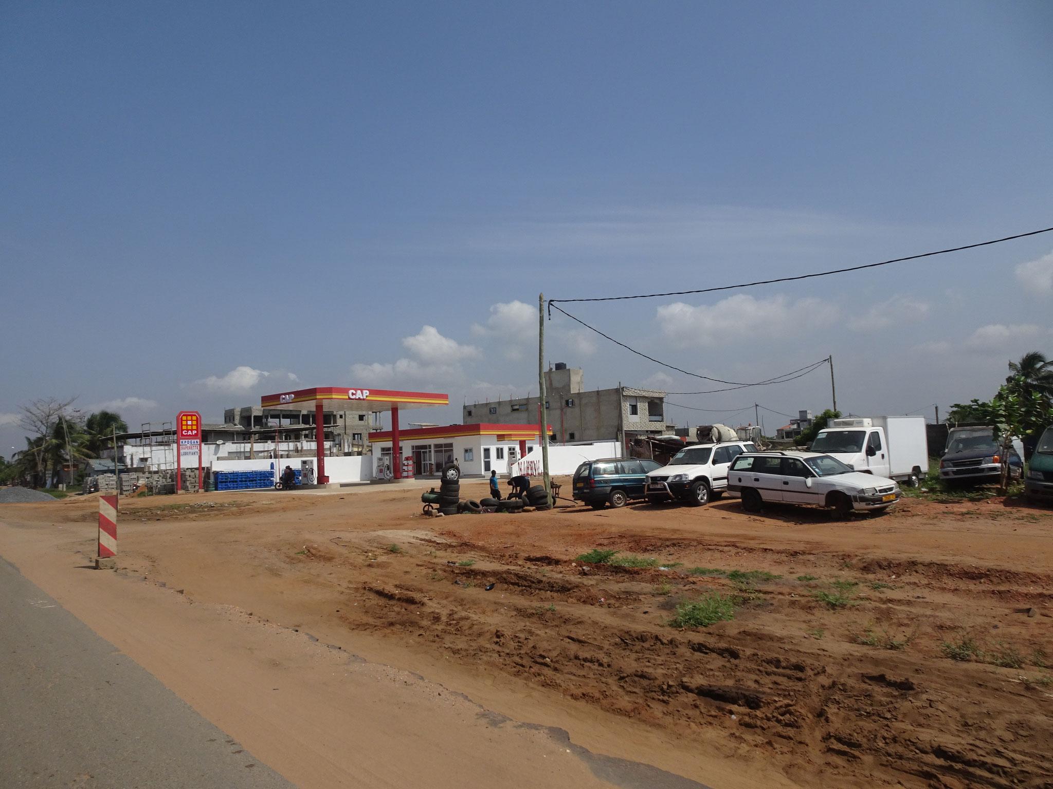 Auf der ganzen Strecke entstehen auch Tankstellen.