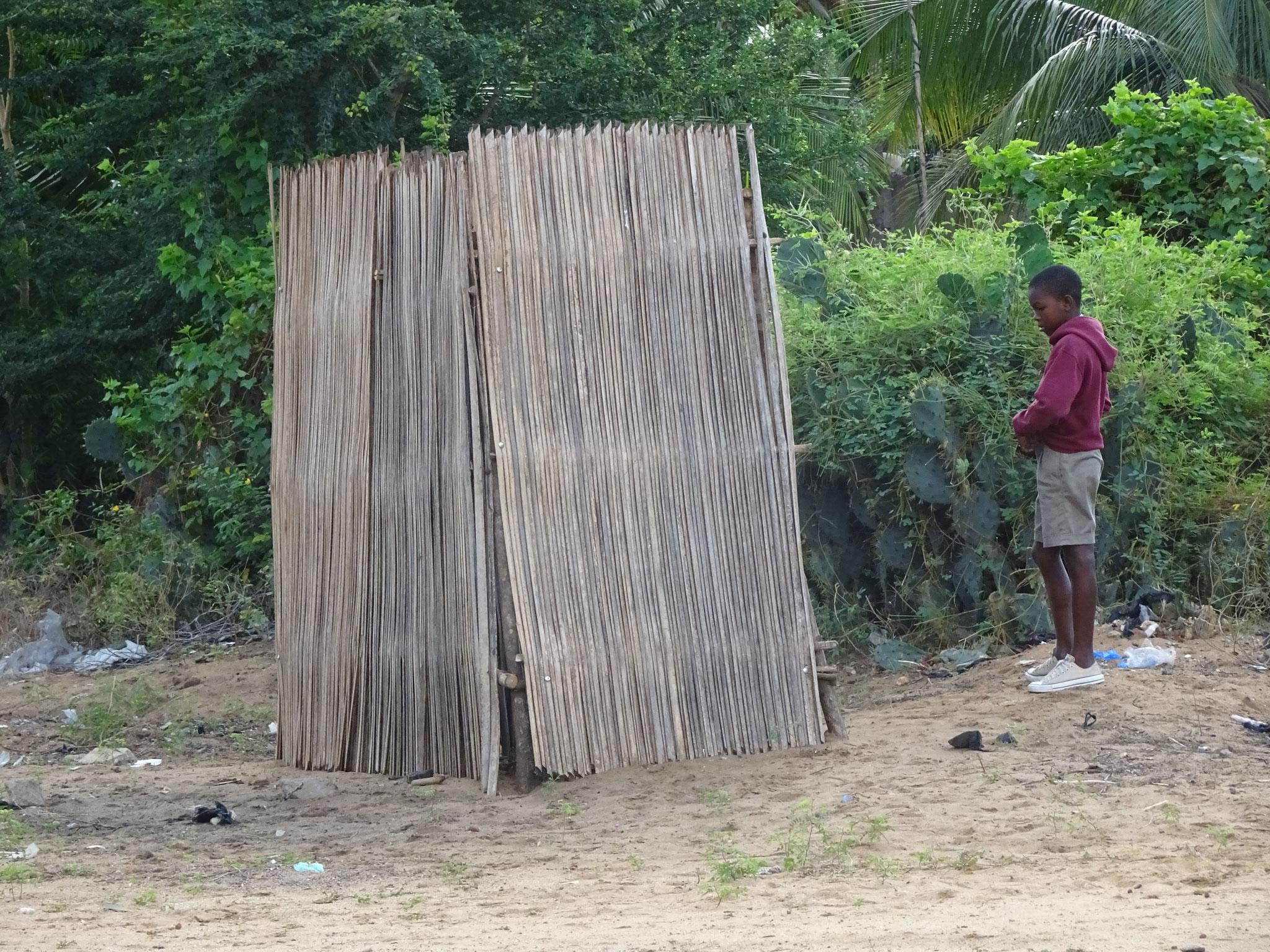 Toilette an der Piste in Baguida. Das Pissvoir scheint nebendran zu sein.