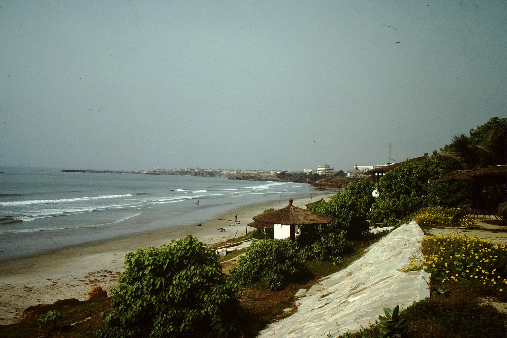 Der zu dieser Zeit noch weitgehend unverbaute Strand von Accra.