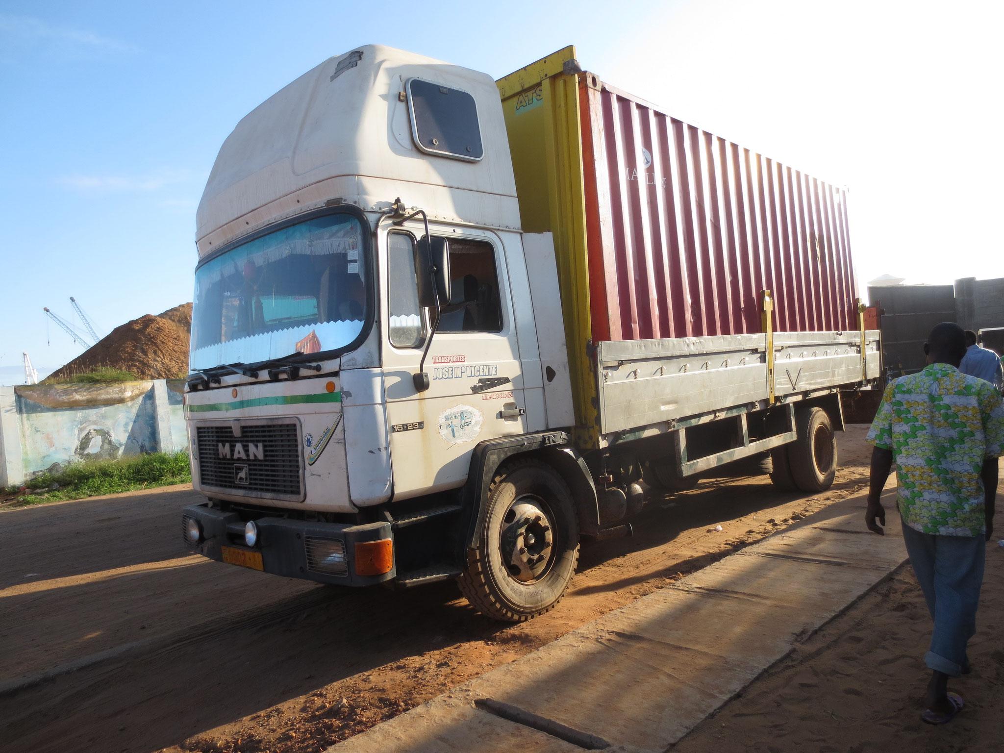 Nun wird der Container nach Adamavo gebracht.